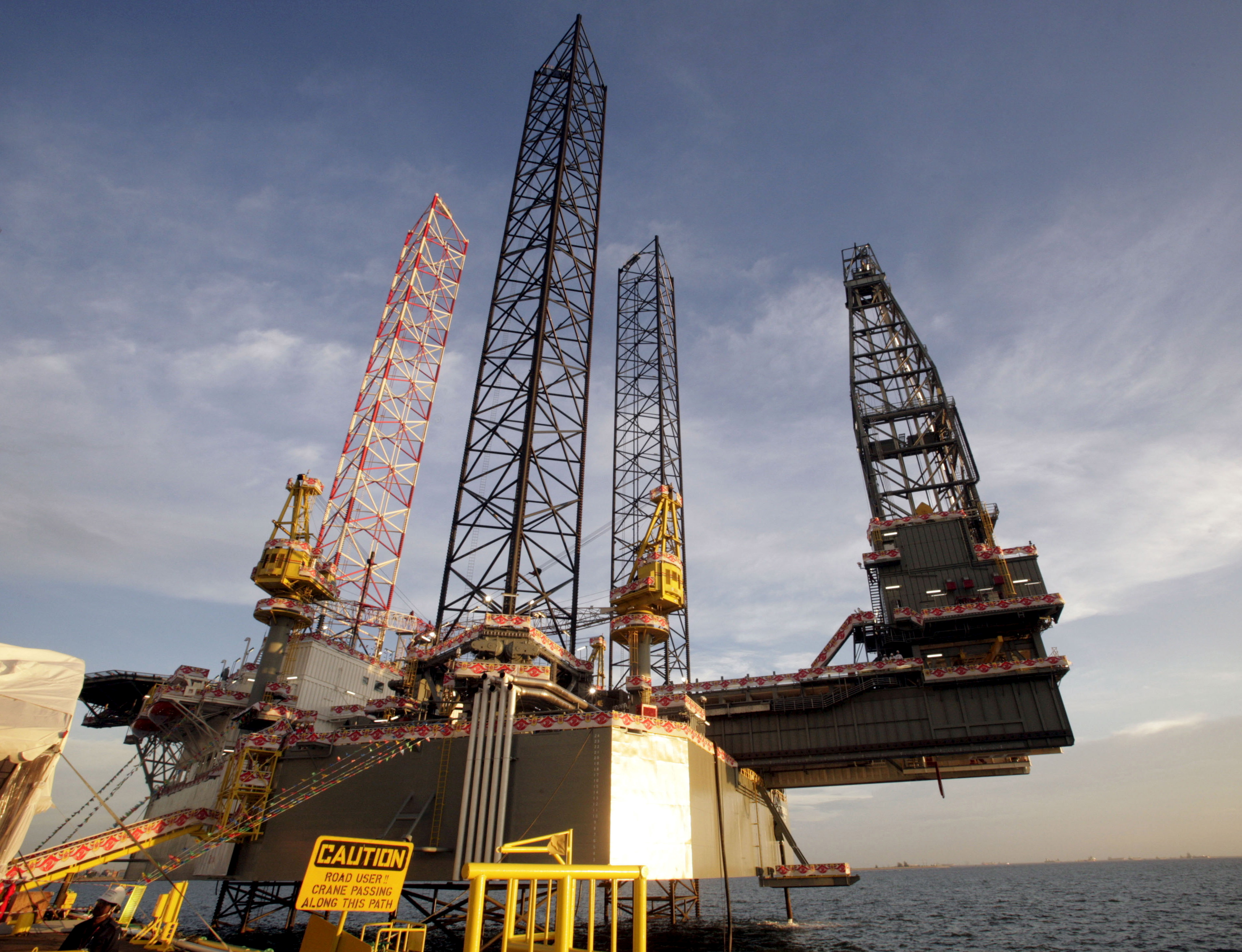 The SEADRILL 3, the first of four oil rigs that Keppel FELS is building for the same customer, is seen in Singapore in this April 21, 2006 file photo.  REUTERS/Luis Enrique Ascui/File Photo
