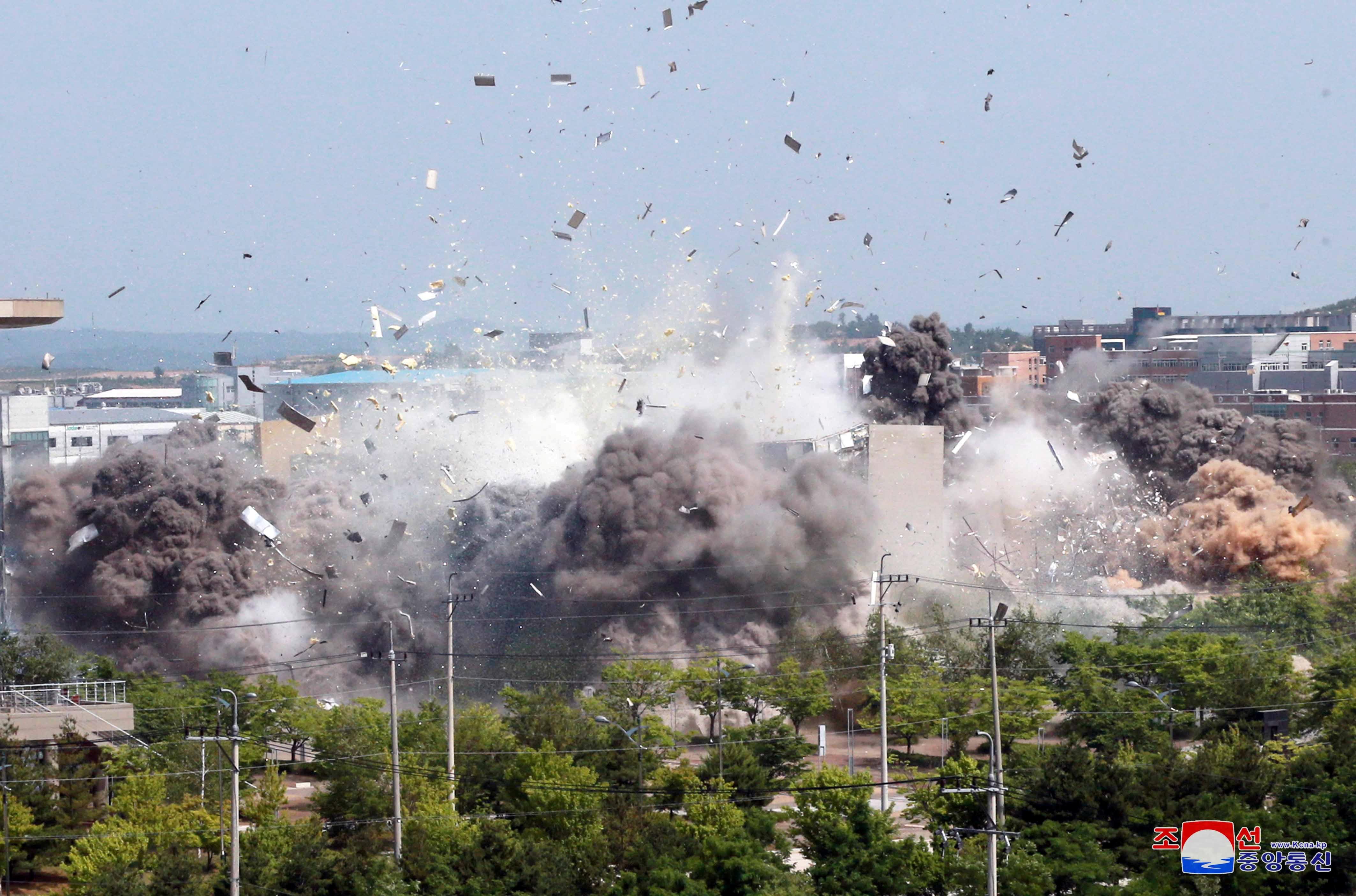 16 m. Birželio 2020 d. Šiaurės Korėjos centrinės naujienų agentūros (KCNA) pateiktame paveikslėlyje matyti jungtinės ryšių biuro su Pietų Korėja sprogimas pasienio mieste Kesonge, Šiaurės Korėjoje. KCNA per REUTERS