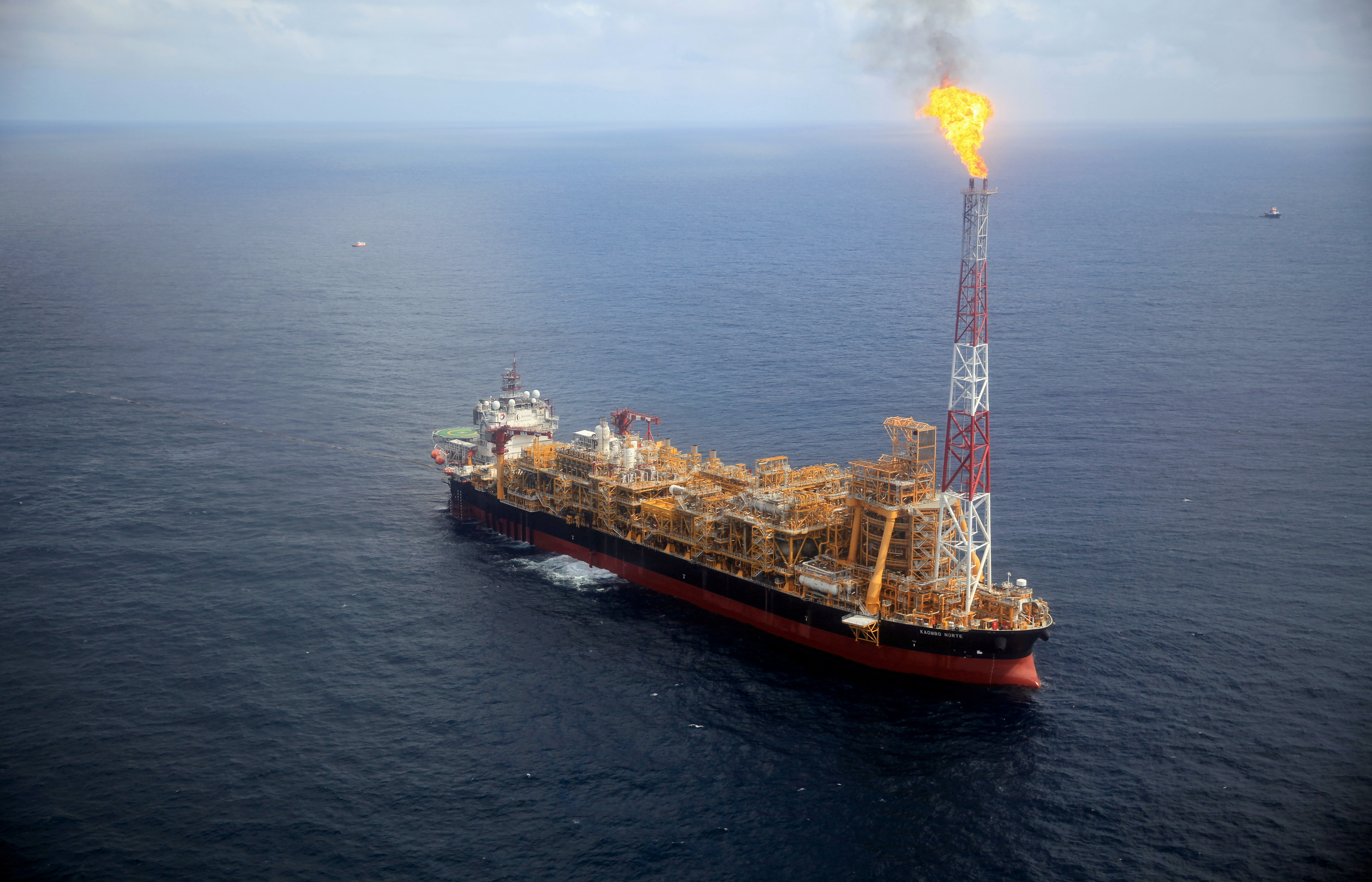 Kaombo Norte floating oil platform is seen from a helicopter off the coast of Angola, November 8, 2018.  REUTERS/Stephen Eisenhammer/File Photo