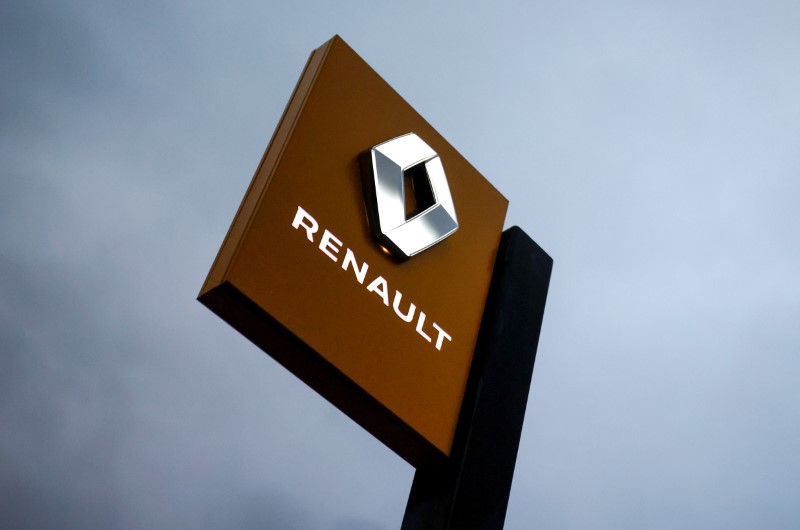 The logo of Renault carmaker is pictured at a dealership in Vertou, near Nantes, France, January 13, 2021. REUTERS/Stephane Mahe/File Photo