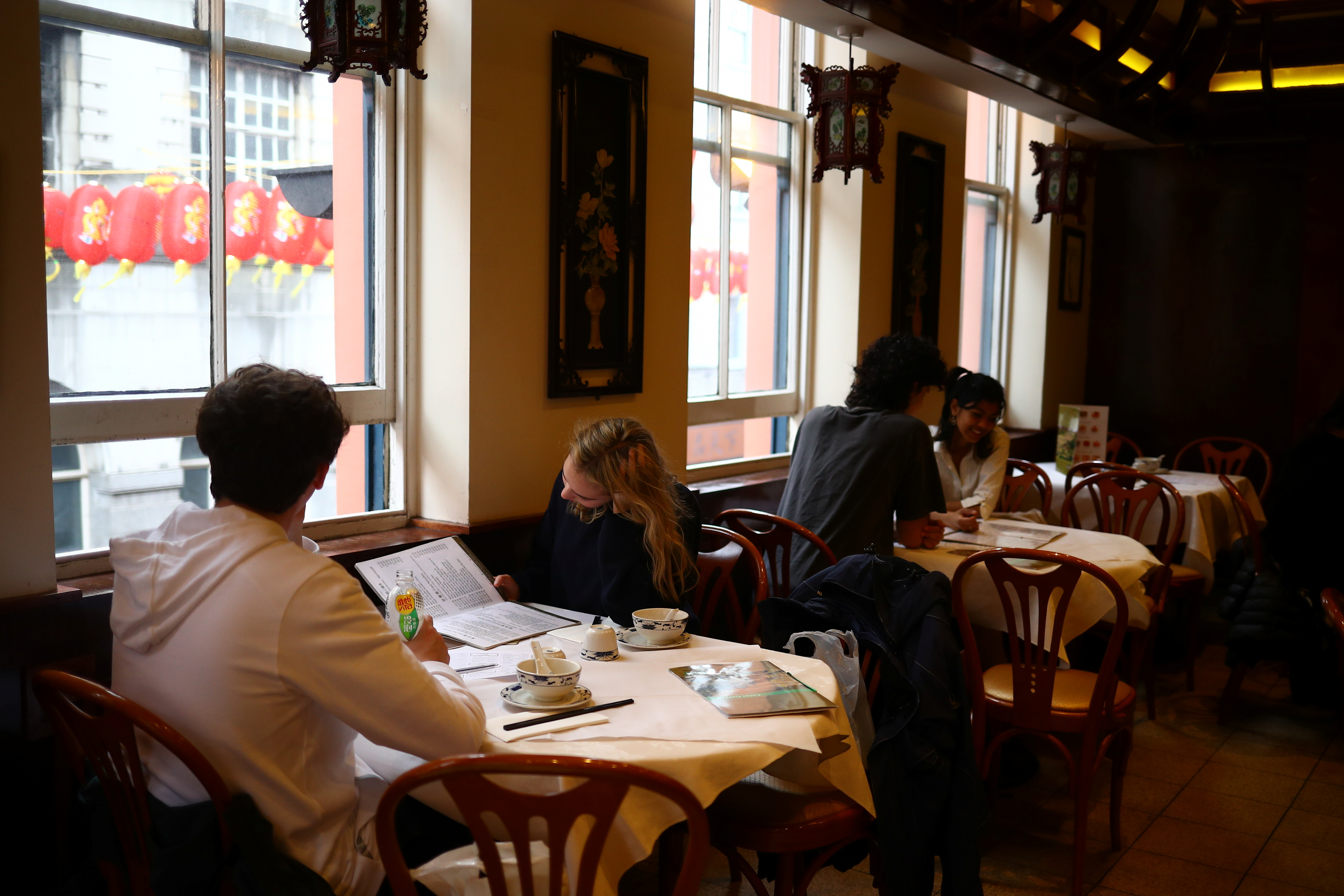 People dine inside a restaurant, amid the outbreak of the coronavirus disease (COVID-19), in Chinatown, London, Britain, 18 May 2021. REUTERS/Hannah McKay