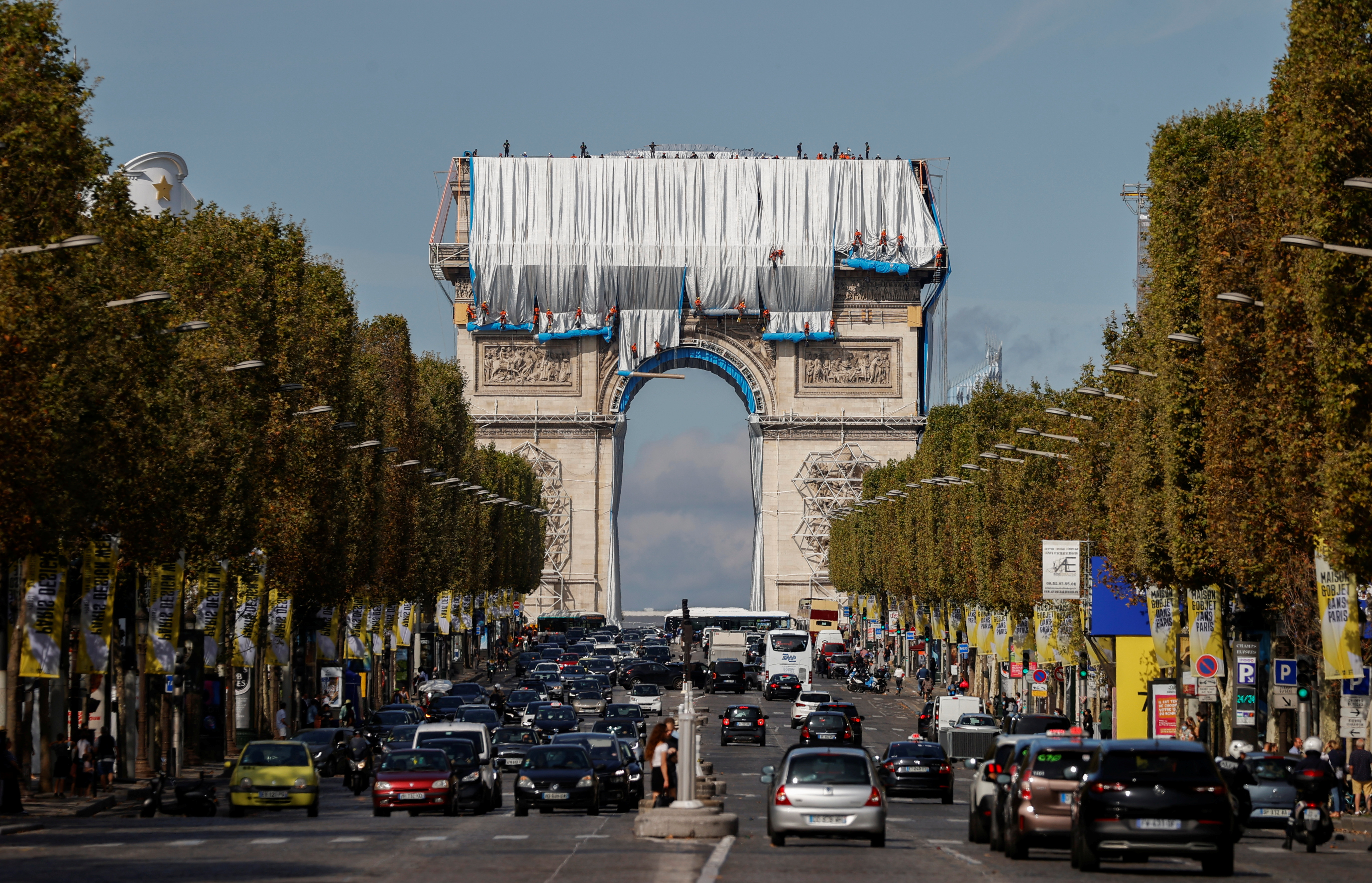 Workers install a shimmering wrapper to envelop Paris landmark, the Arc de Triomphe, in a posthumous installation by artist Christo on the Champs Elysee avenue, in Paris, France, September 12, 2021.  REUTERS/Christian Hartmann