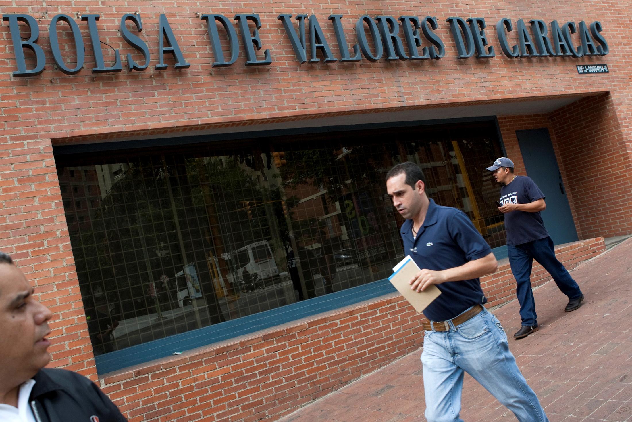 People walk past the Caracas Stock Exchange in Caracas May 14, 2010.   REUTERS/Carlos Garcia Rawlins