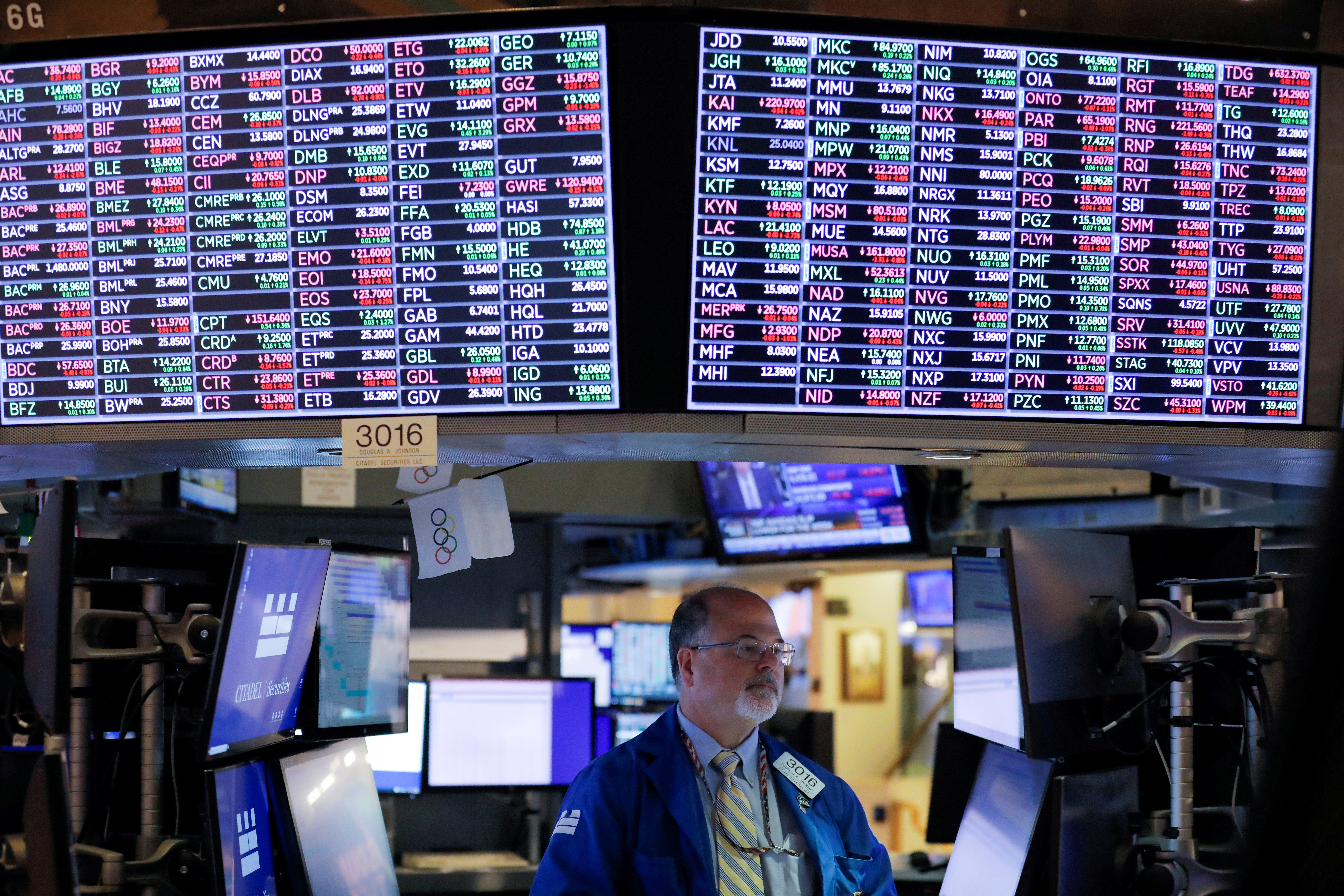 A trader works on the floor at the New York Stock Exchange (NYSE) in Manhattan, New York City, U.S., September 24, 2021. REUTERS/Andrew Kelly/File Photo