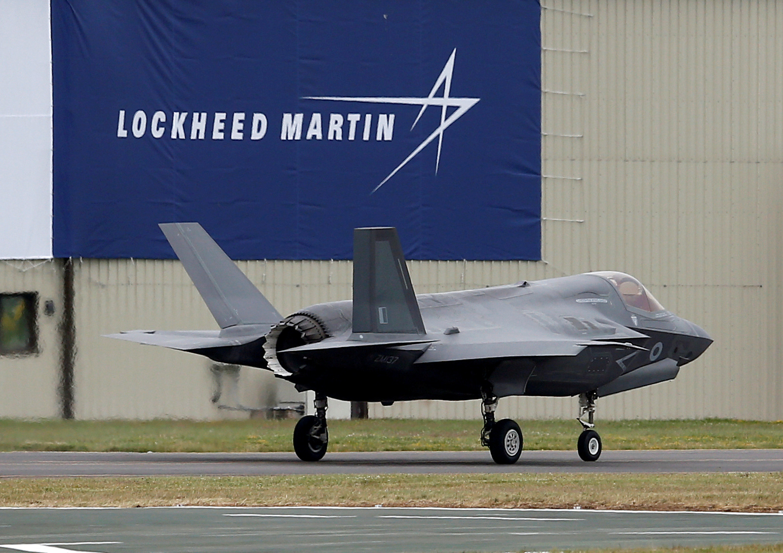 A RAF Lockheed Martin F-35B fighter jet taxis along a runway after landing at the Royal International Air Tattoo at Fairford, Britain July 8, 2016.  REUTERS/Peter Nicholls