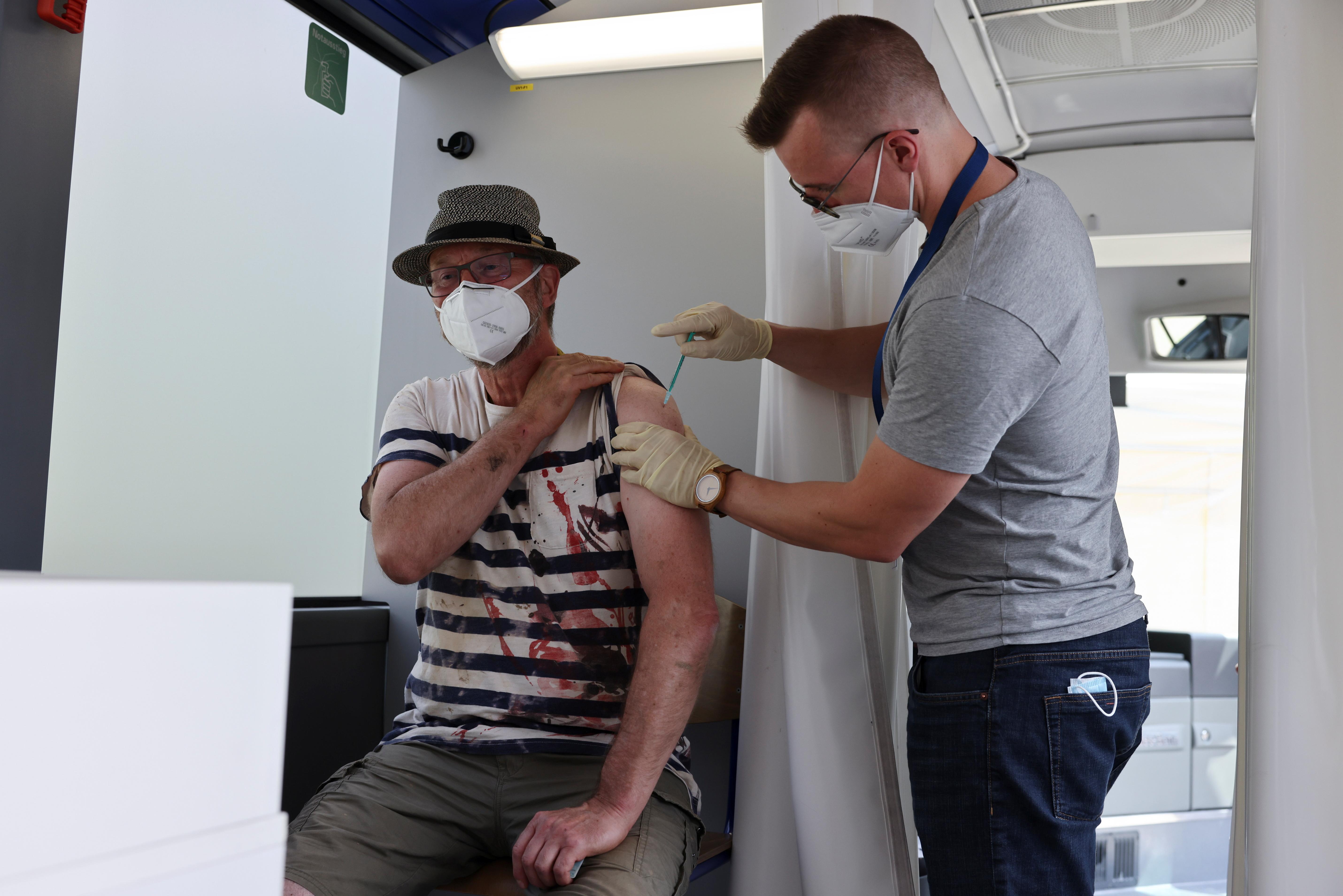 جرمنی ، 19 جولائی ، 20 کو آرین ویلر بریڈ نیوینہر-احرویلر ، جرمنی میں ، بارش کے بعد شدید بارشوں کے نتیجے میں آنے والے سیلاب کے بعد ، ایک شخص کو بس میں کورونیو وائرس کے خلاف ویکسین کی ایک خوراک مل گئی۔ رائٹرز / کرسچن منگ