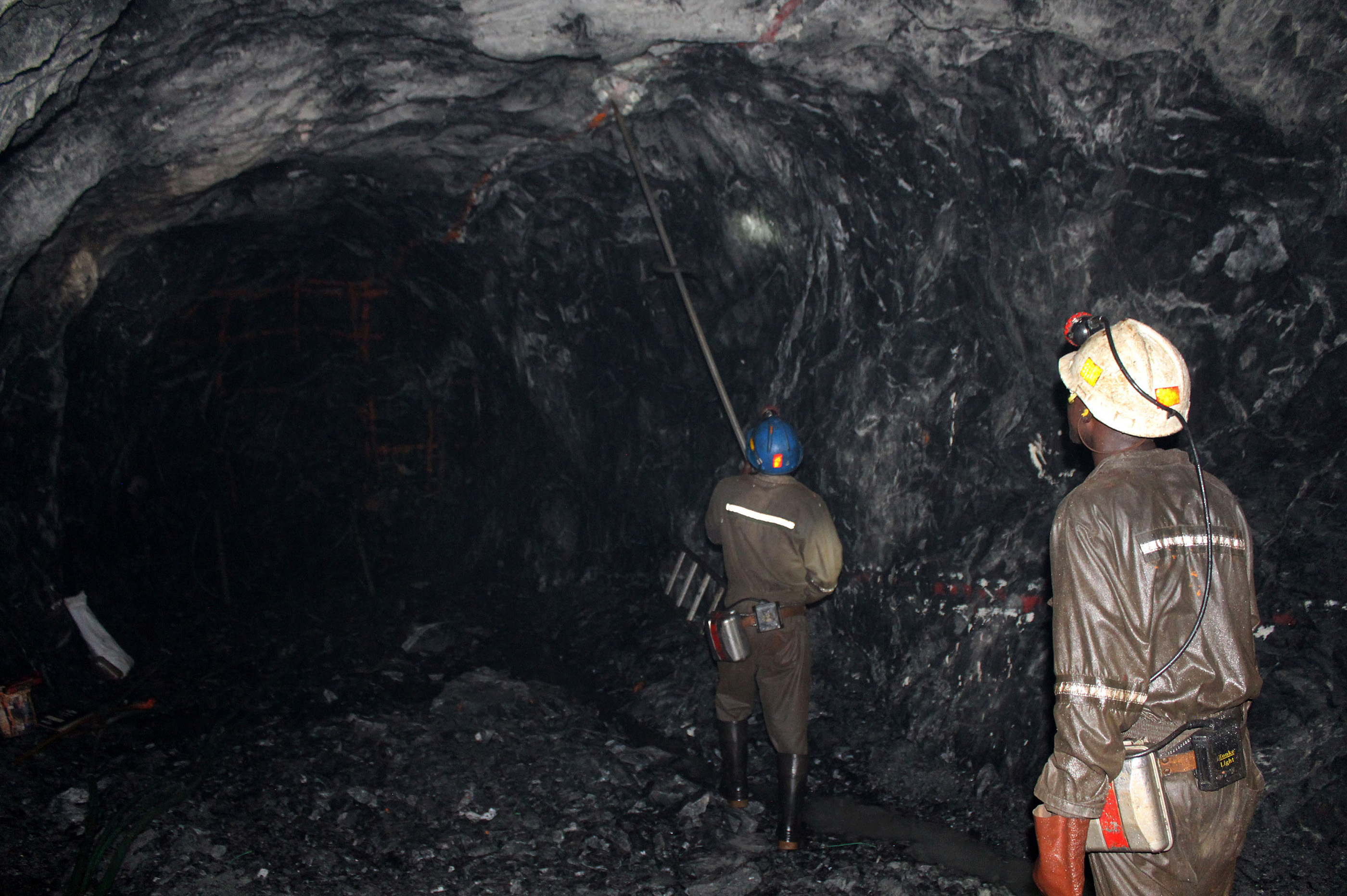 Mine workers are pictured at the Freda Rebecca gold mine in Bindura town, file. .  REUTERS/Philimon Bulawayo