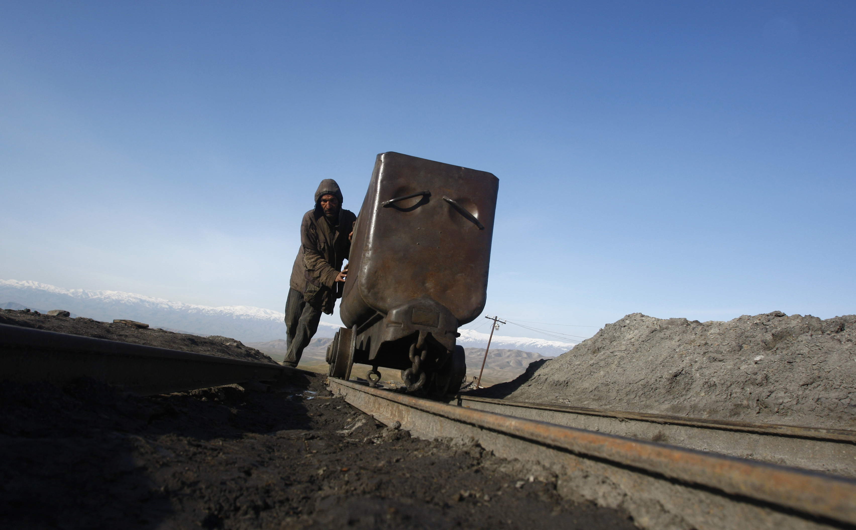 An Afghan miner pushes a wagon at the Karkar coal mine in Pul-i-Kumri, about 170km north of Kabul, March 8, 2009.   REUTERS/Ahmad Masood