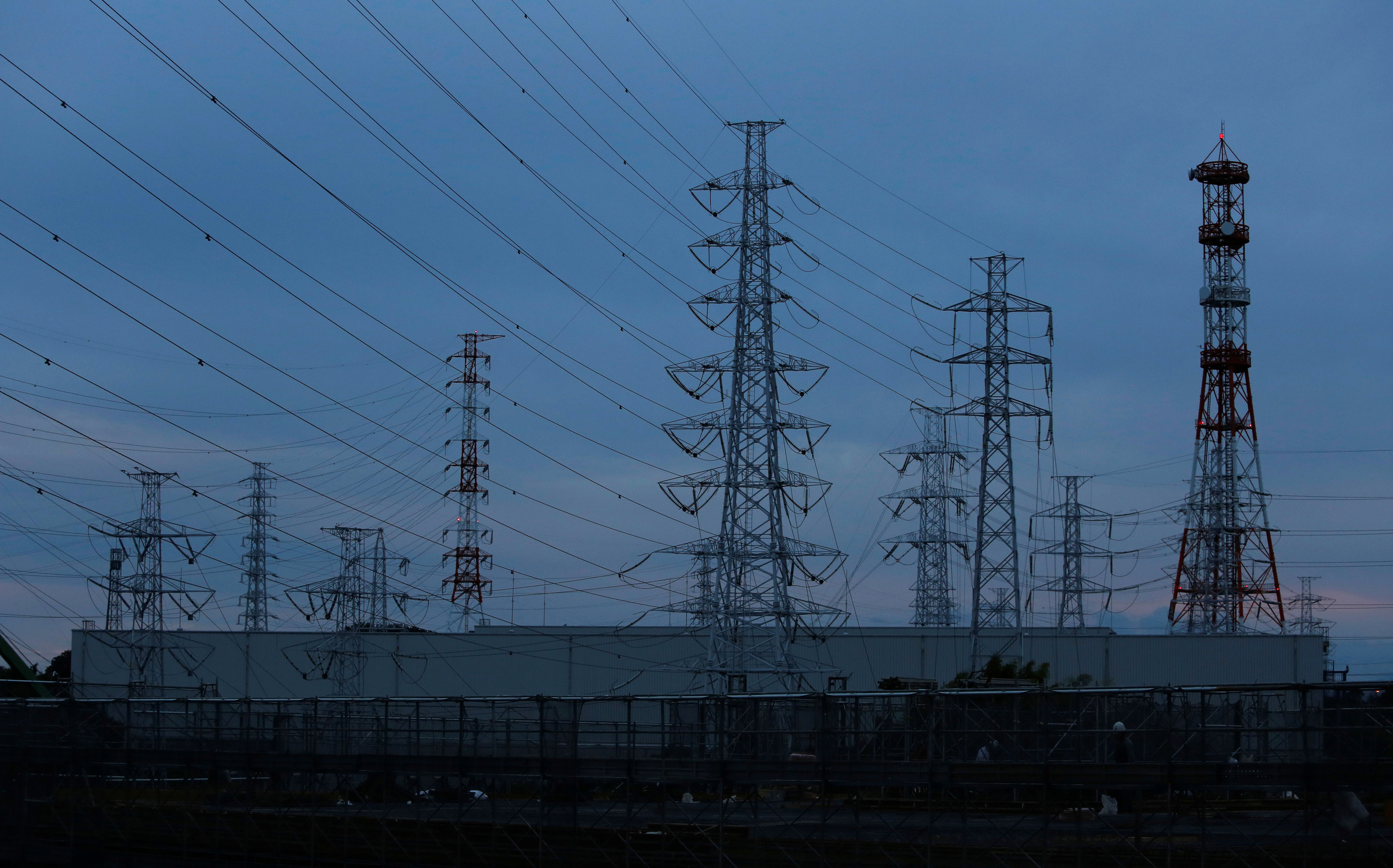 Electric power transmission lines leading to Tokyo Electric Power Co.'s (TEPCO) Kohoku Substation are seen in Yokohama, south of Tokyo, September 15, 2014.REUTERS/Yuya Shino