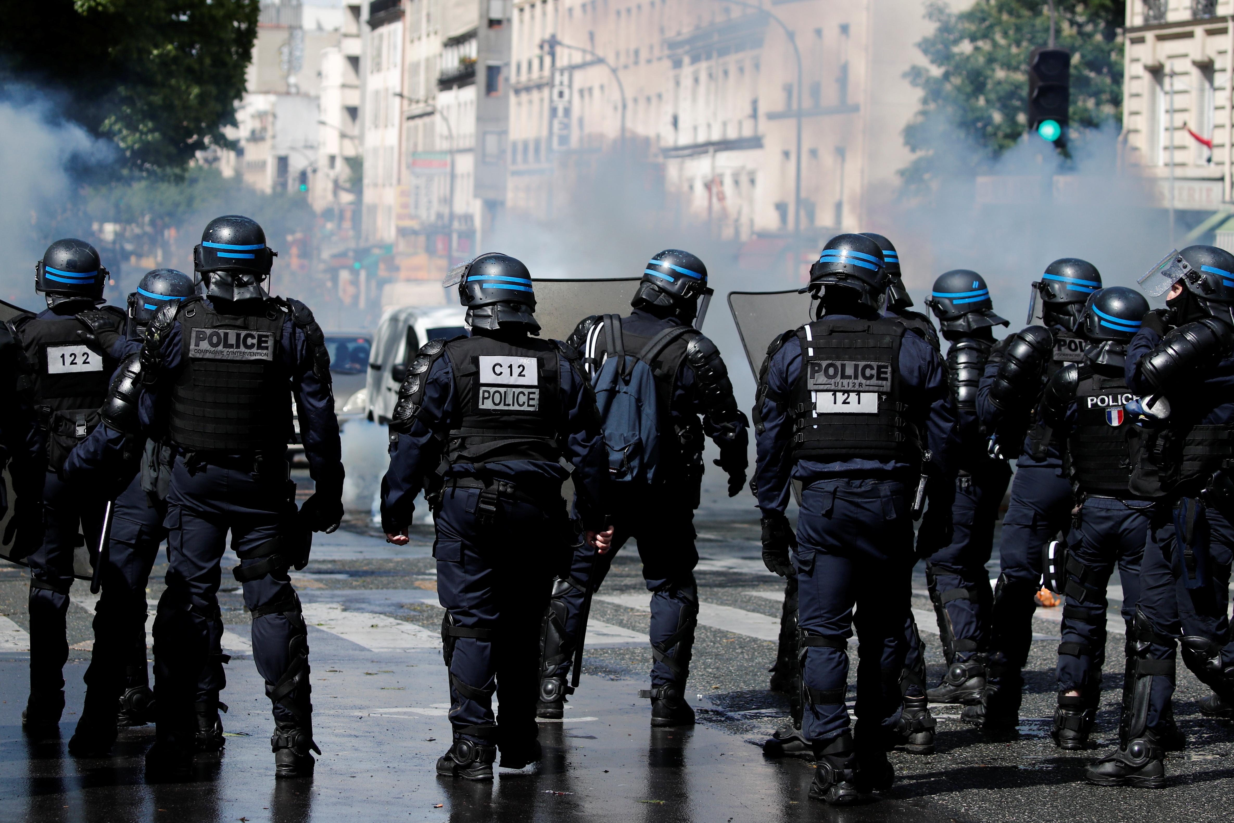 15 წლის 2021 მაისს, პარიზში, ისრაელ-პალესტინის ძალადობის შემდეგ, პალესტინელების მხარდასაჭერად საპროტესტო აქციაზე პოლიციის თანამშრომლები დგანან ქუჩაში. REUTERS / Benoit Tessier