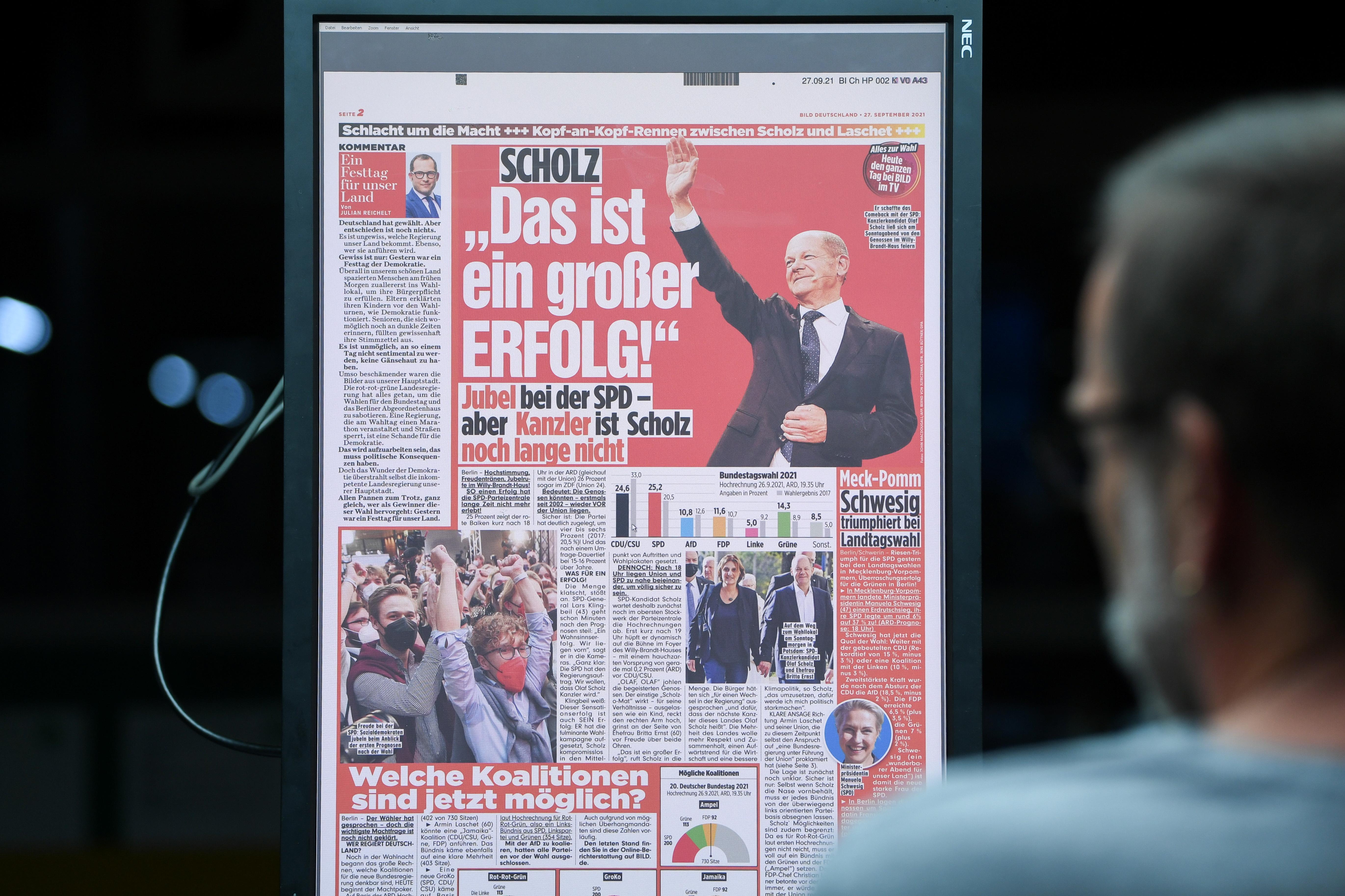 A Bild újság nyomtatott kiadásának egyik oldalán a Szociáldemokrata Párt (SPD) vezetője és legfőbb kancellárjelöltje látható, Olaf Scholz, az első választási szavazás után Berlinben, Németországban, 26. szeptember 2021 -án. REUTERS/Andreas Gebert