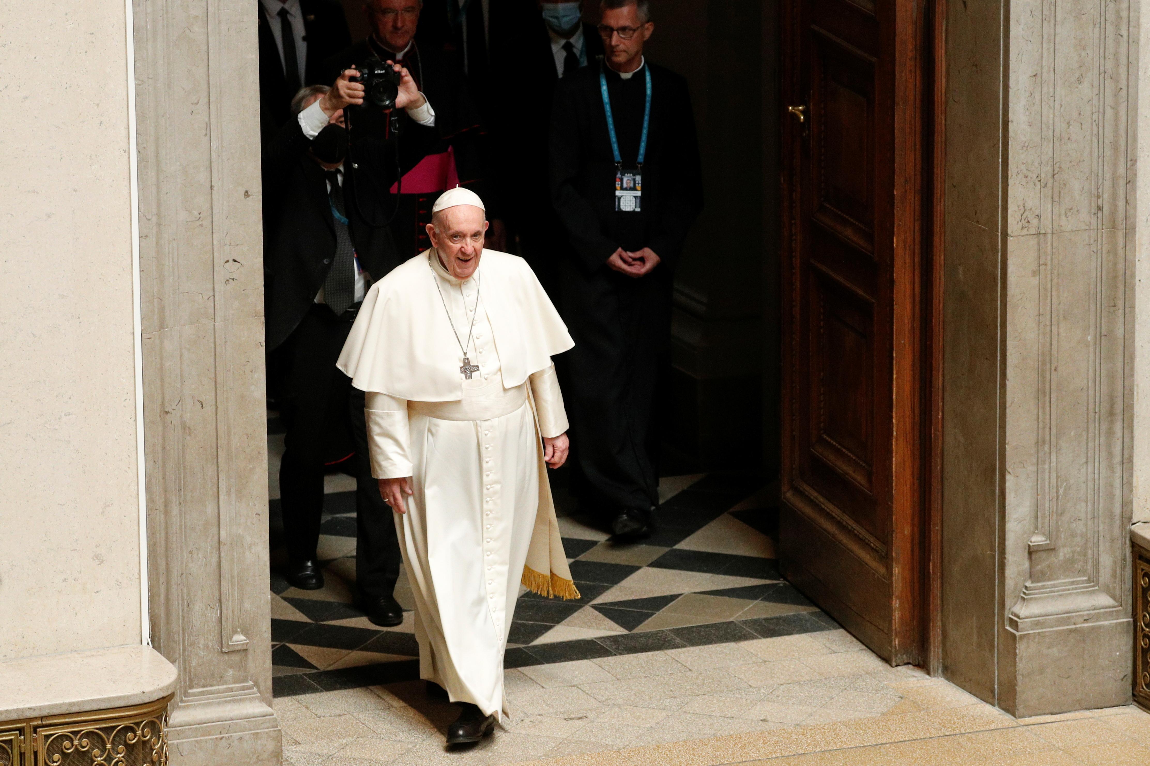 Ο Πάπας Φραγκίσκος φτάνει να συναντηθεί με εκπροσώπους της Οικουμενικής Συνόδου Εκκλησιών στο Μουσείο Καλών Τεχνών στη Βουδαπέστη, Ουγγαρία, 12 Σεπτεμβρίου 2021. REUTERS/Remo Casilli