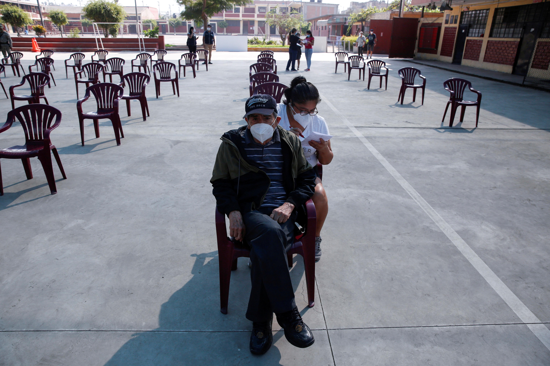 Senior citizens wait to receive a dose of the Pfizer-BioNTech coronavirus disease (COVID-19) vaccine in Lima, Peru March 23, 2021. REUTERS/Sebastian Castaneda/File Photo