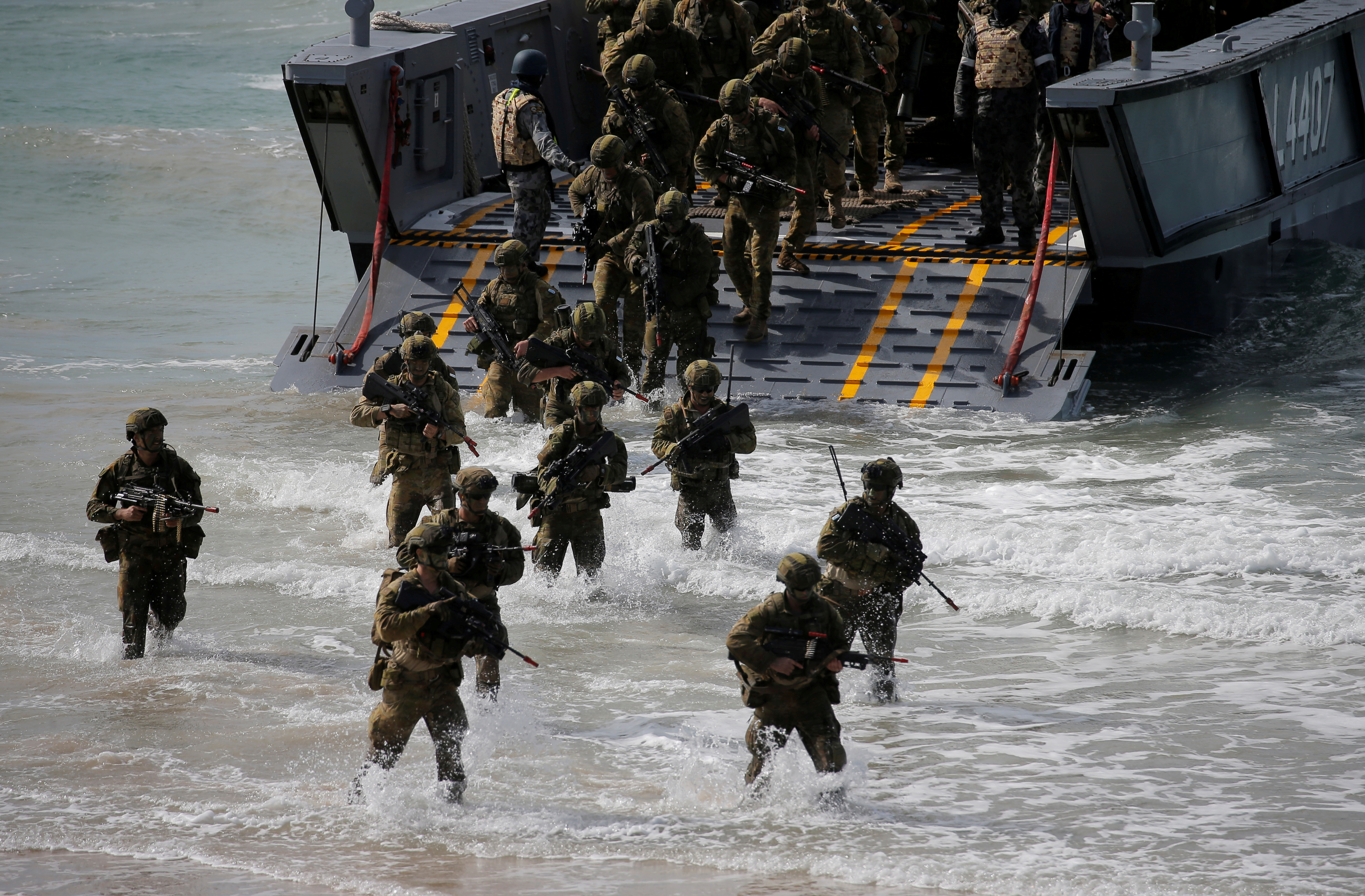 Soldiers from the Australian Army's 3rd Brigade step into the ocean during an amphibious assault landing on Langham Beach during the Talisman Saber joint military exercises between Australia and the United States in Queensland, northeast Australia, July 13, 2017.  REUTERS/Jason Reed