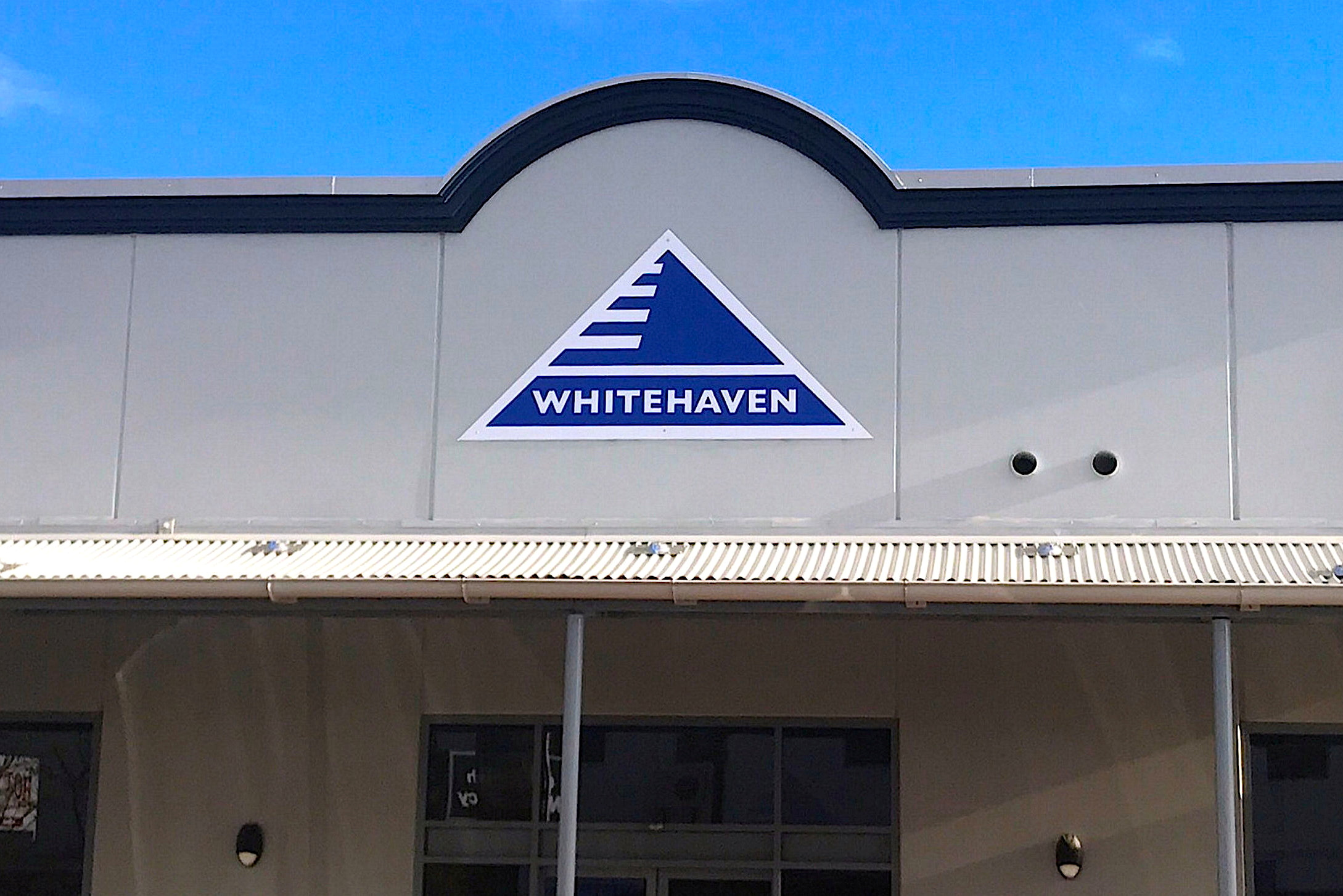 The logo of Australia's biggest independent coal miner Whitehaven Coal Ltd is displayed on their office building located in the north-western New South Wales town of Gunnedah in Australia, August 15, 2017. Picture taken August 15, 2017.    REUTERS/David Gray/File Photo