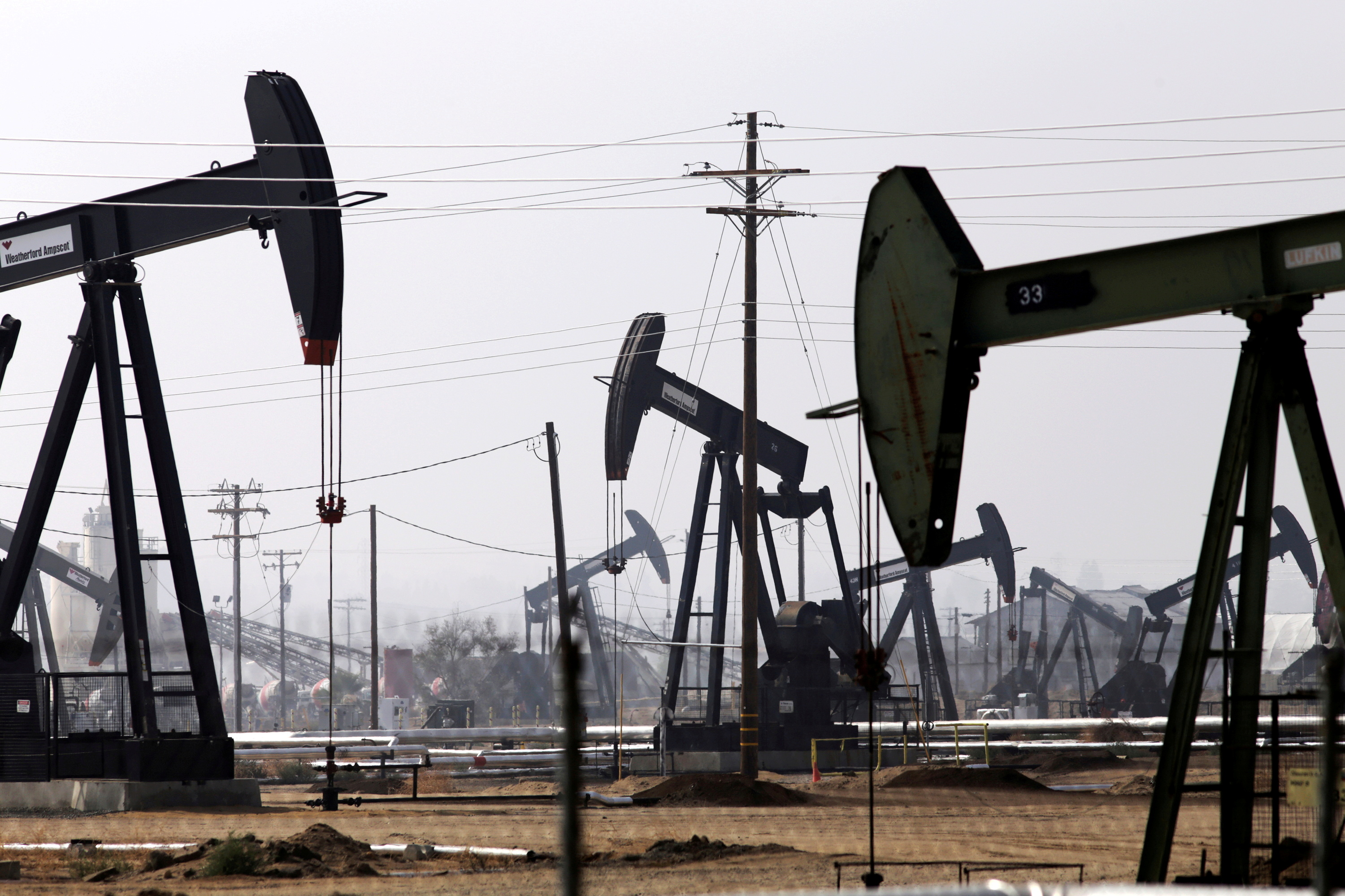 Oil drills are pictured in the Kern River oil field in Bakersfield, California November 9, 2014. REUTERS/Jonathan Alcorn/File Photo