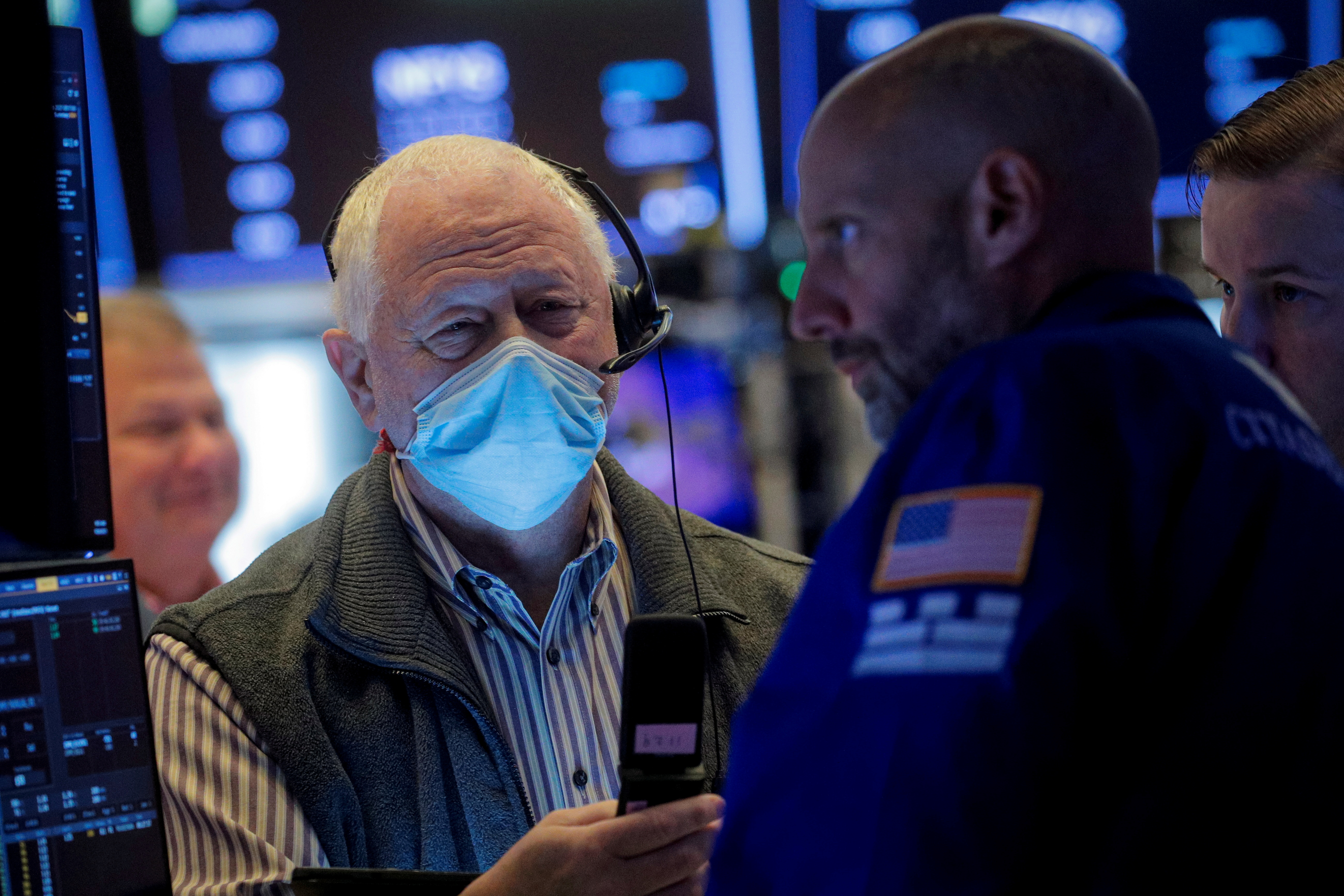 Traders work on the floor of the New York Stock Exchange (NYSE) in New York City, U.S., October 6, 2021.  REUTERS/Brendan McDermid/File Photo