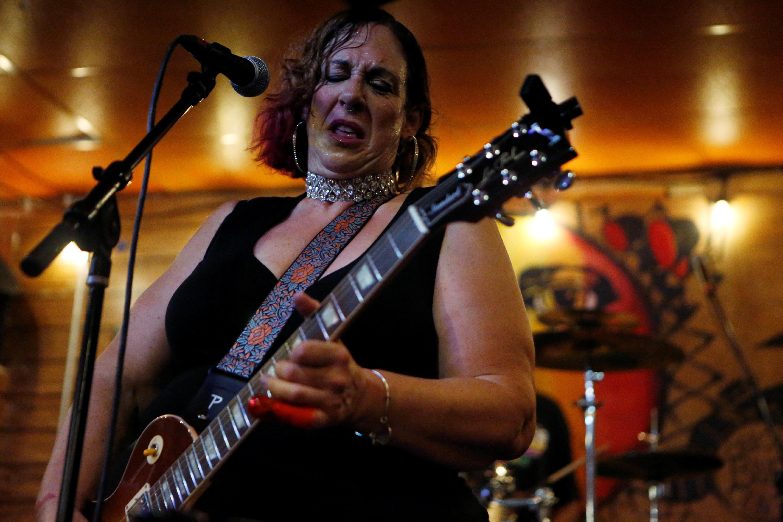 La guitarrista de blues con sede en Chicago, Joanna Connor, actúa en vivo mientras se alivian las restricciones de la enfermedad por coronavirus (COVID-19) en el bar de blues Kingston Mines en Chicago, Illinois, EE. UU., 24 de junio de 2021. REUTERS / Eileen T. Meslar