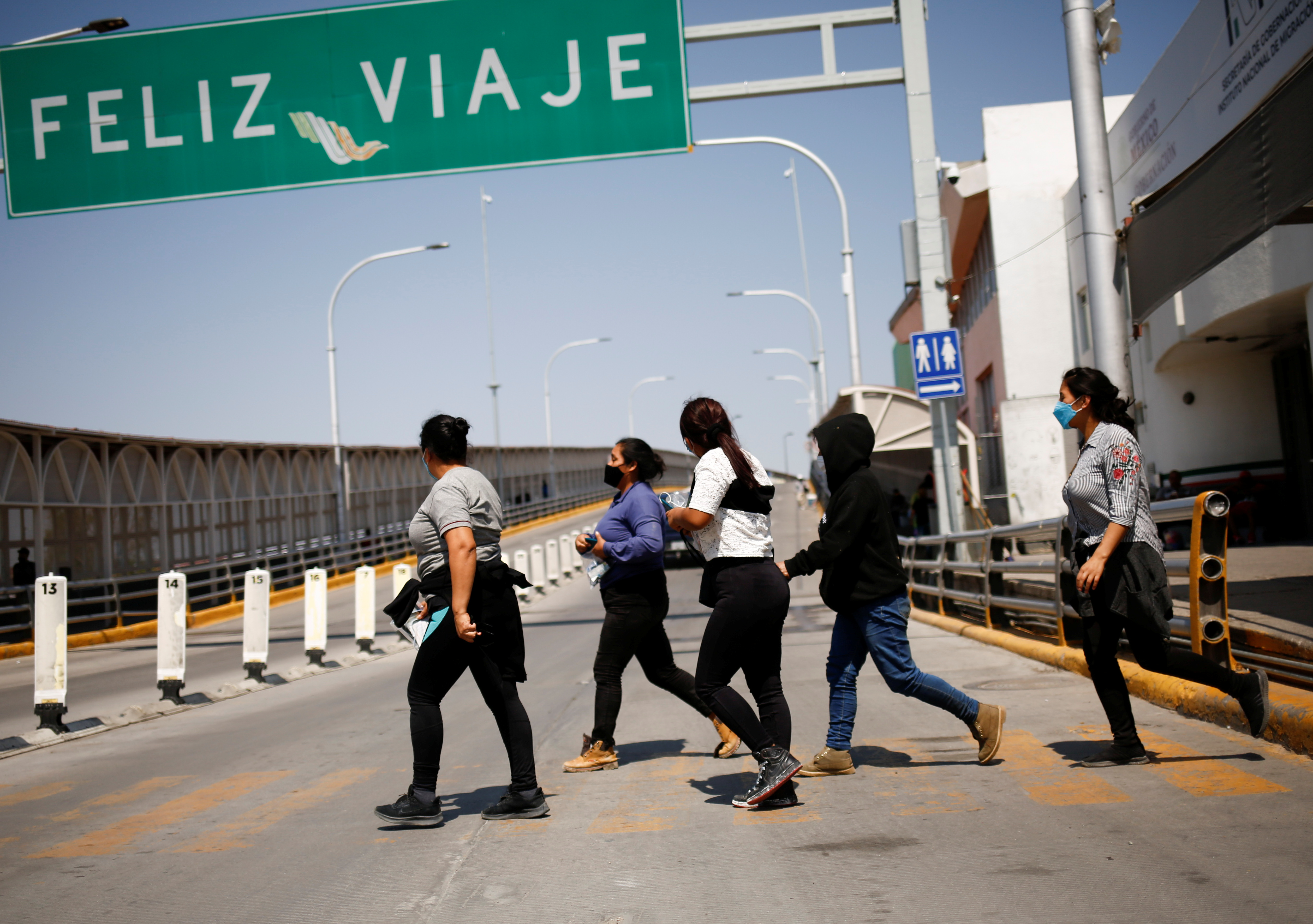 Migrants expelled from the U.S. and sent back to Mexico under Title 42 walk towards Mexico at the Paso del Norte International border bridge, in Ciudad Juarez, Mexico September 9, 2021. REUTERS/Jose Luis Gonzalez