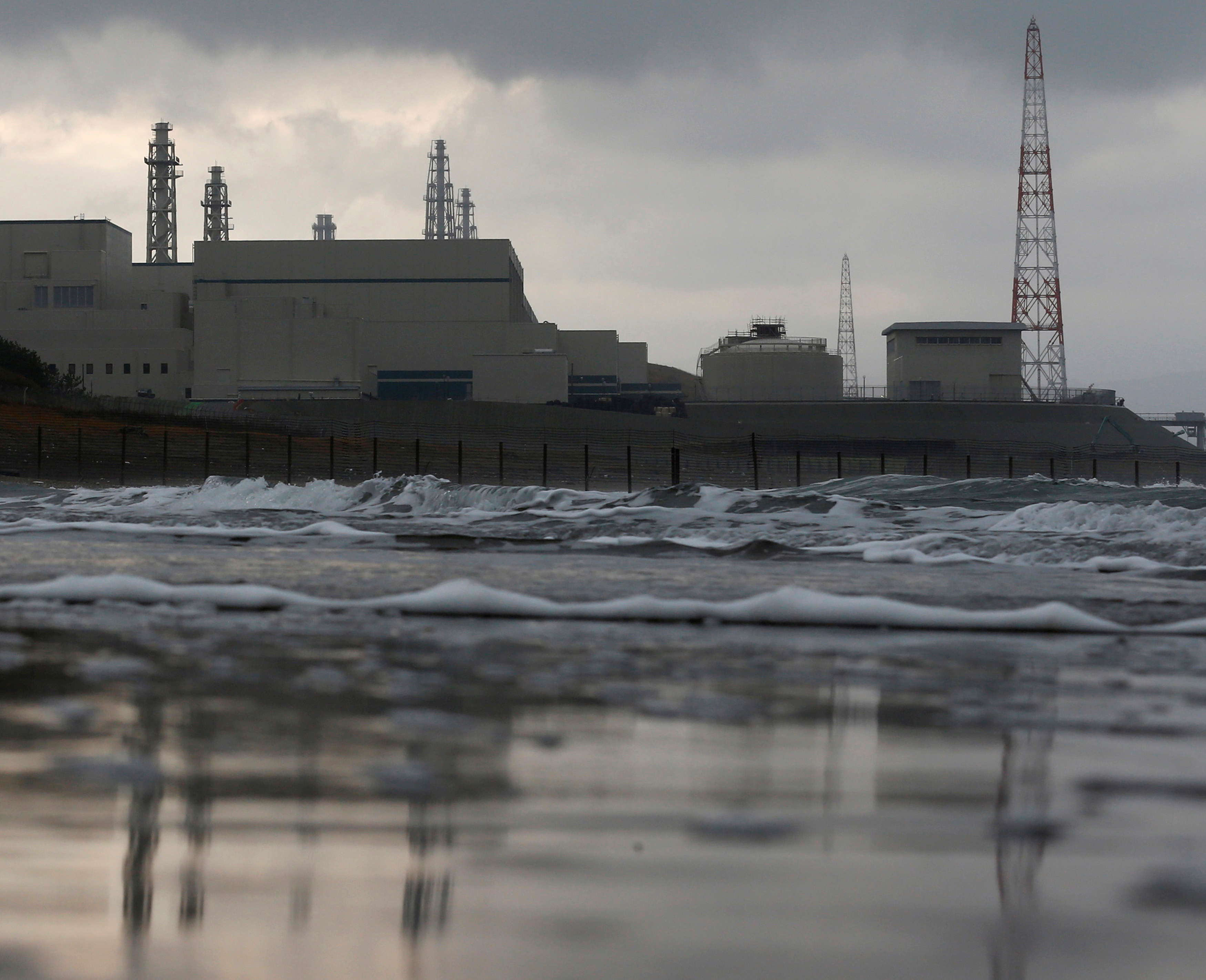 Tokyo Electric Power Co.'s (TEPCO) Kashiwazaki Kariwa nuclear power plant, which is the world's biggest, is seen from a seaside in Kashiwazaki, November 12, 2012.   REUTERS/Kim Kyung-Hoon/File photo