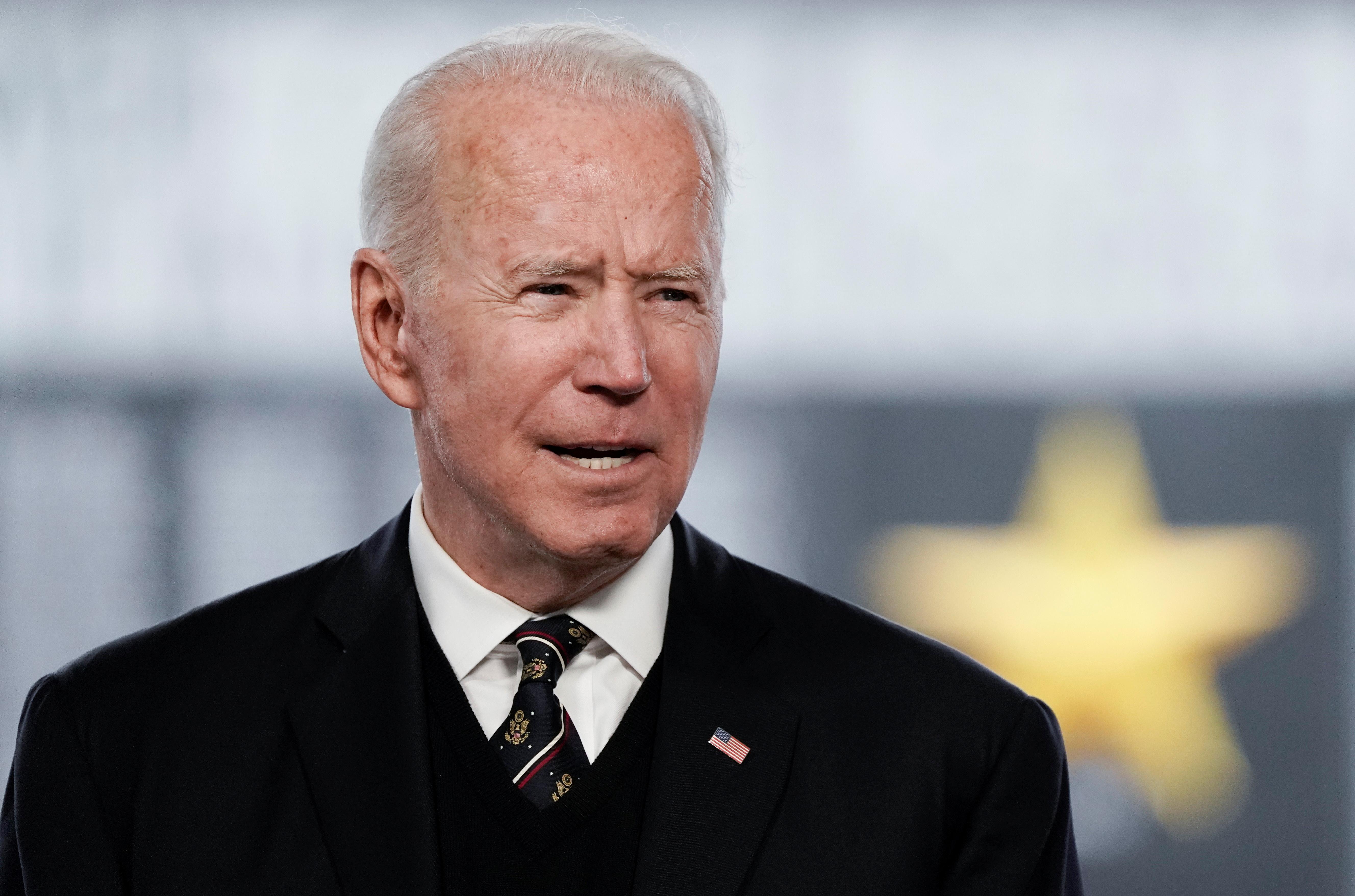 Tổng thống Hoa Kỳ Joe Biden phát biểu tại Lễ Tưởng niệm hàng năm tại Công viên Tưởng niệm Cựu chiến binh, Cầu Tưởng niệm Delaware, Lâu đài Mới, Delaware, Hoa Kỳ, ngày 30 tháng 5 năm 2021. REUTERS / Ken Cedeno REFILE - CORRECTING CITY