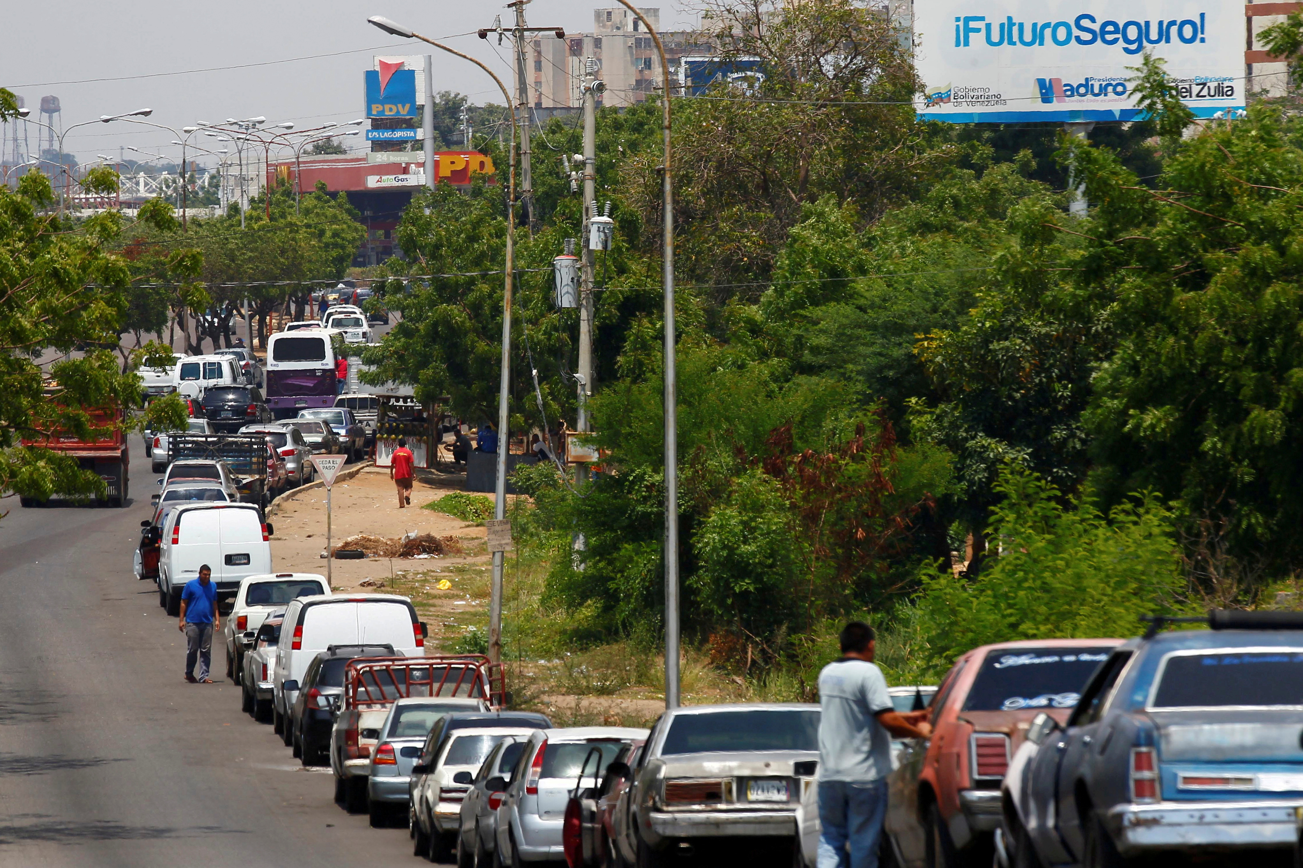 People with vehicles wait in line in an attempt to refuel at a gas station of the state oil company PDVSA in Maracaibo, Venezuela, May 17, 2019. REUTERS/Isaac Urrutia/File Photo