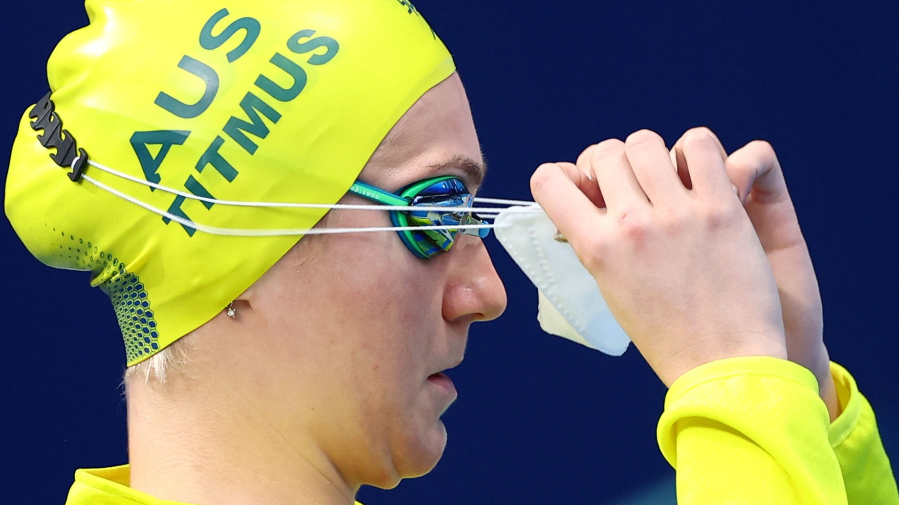 Tokyo 2020 Olympics - Swimming - Women's 200m Freestyle - Semifinal 1 - Tokyo Aquatics Centre - Tokyo, Japan - July 27, 2021. Ariarne Titmus of Australia removes her face mask before the event REUTERS/Kai Pfaffenbach