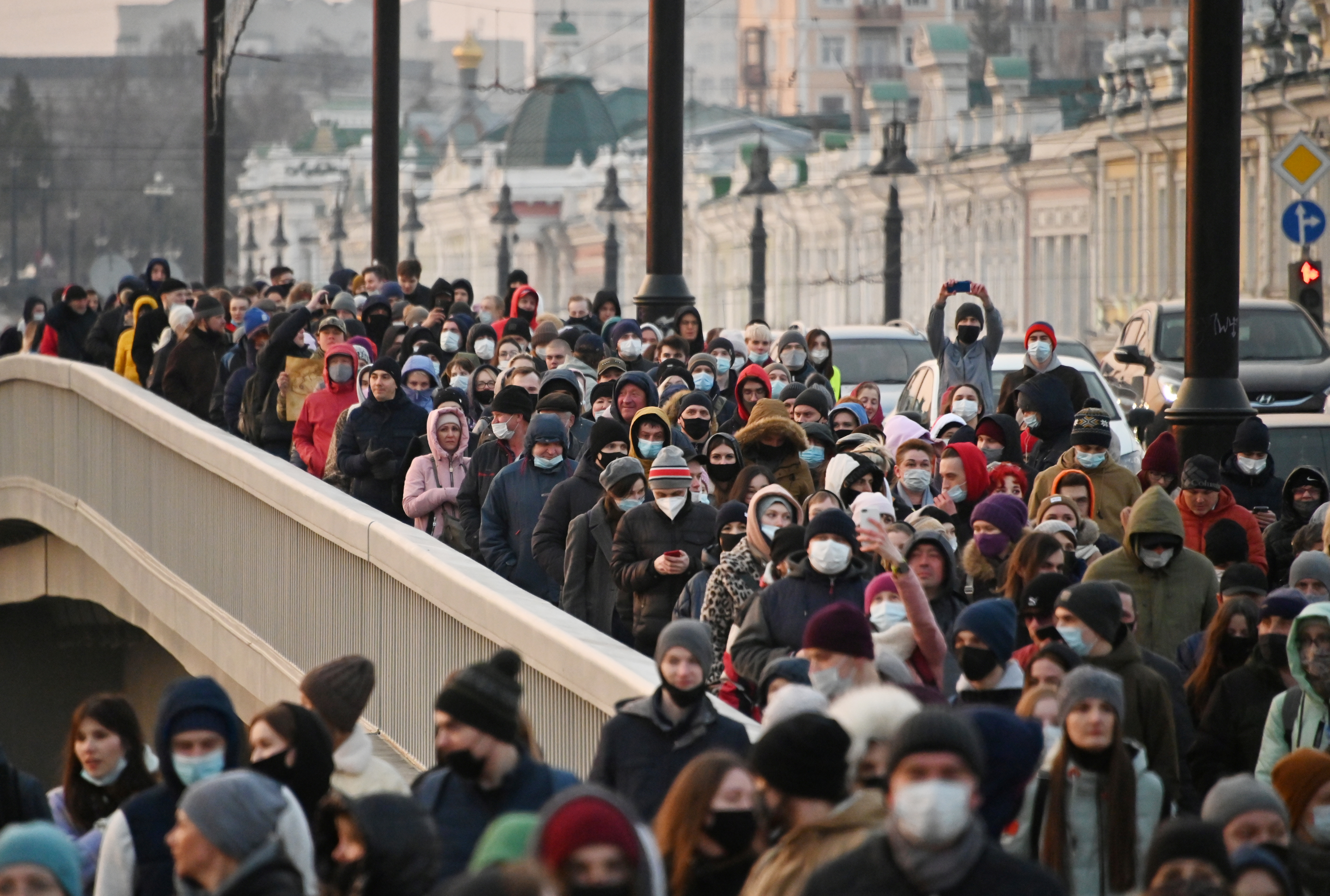 Demonstrators march during a rally insupportof jailed Russian opposition politician AlexeiNavalny in Omsk, Russia April 21, 2021. REUTERS/Alexey Malgavko