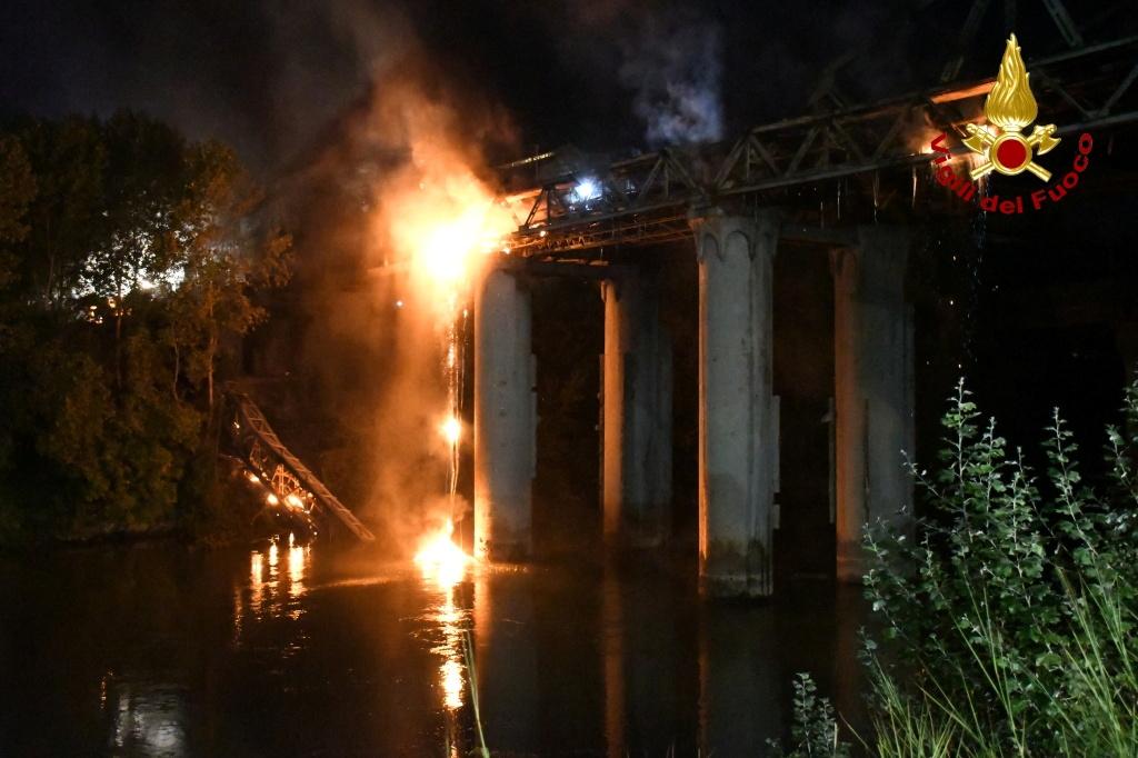 A fire engulfs iconic 'Iron Bridge' in Rome, Italy, October 3, 2021. Vigili del Fuoco/Handout via REUTERS