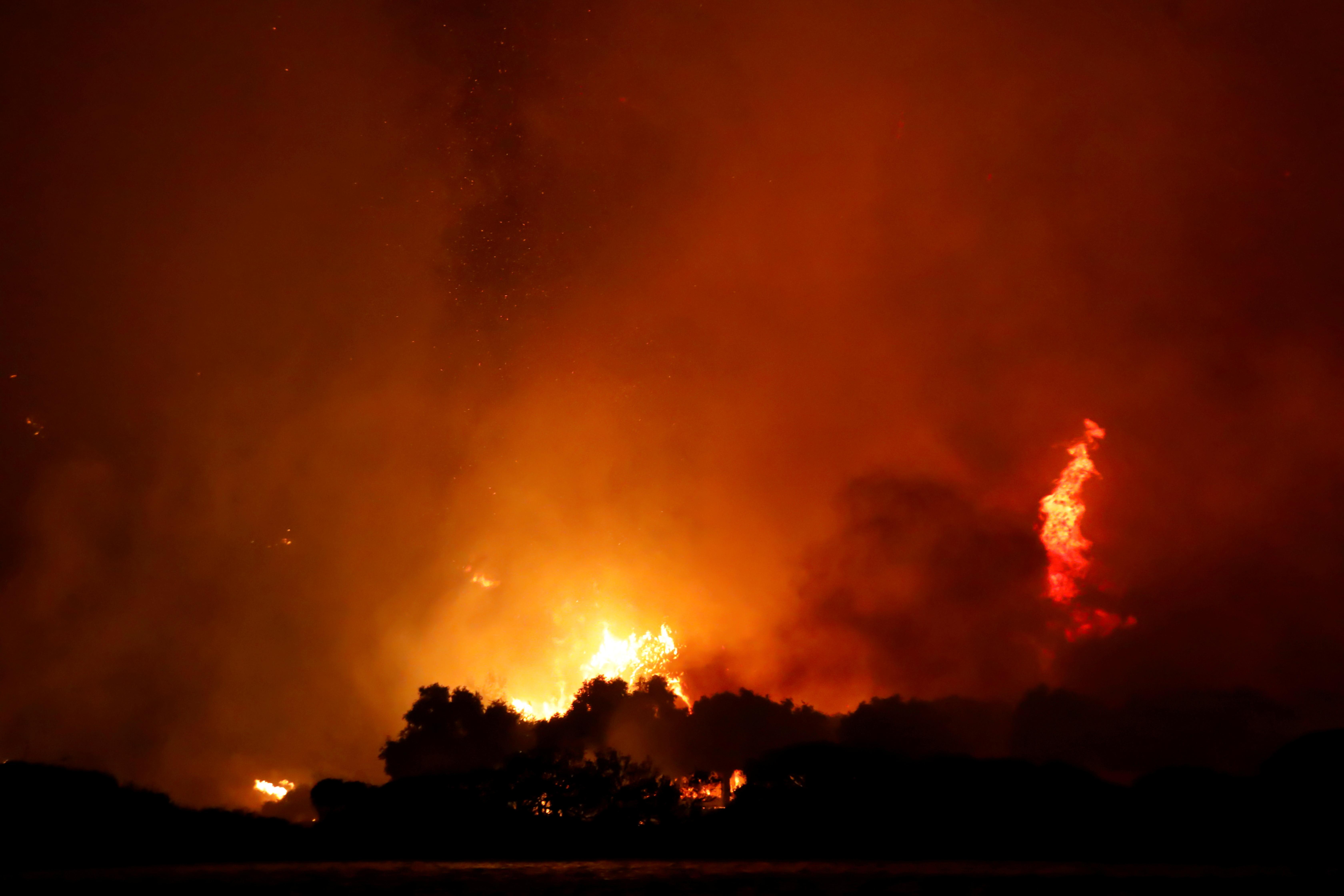 Naktinis dangus tampa oranžinis, kai Turkijos miškų gaisrai siautėja Cokertme kaimo pakrantėje netoli Bodrumo, Turkija, 2 m. Rugpjūčio 2021 d. REUTERS/Umit Bektas/Nuotraukos nuotrauka