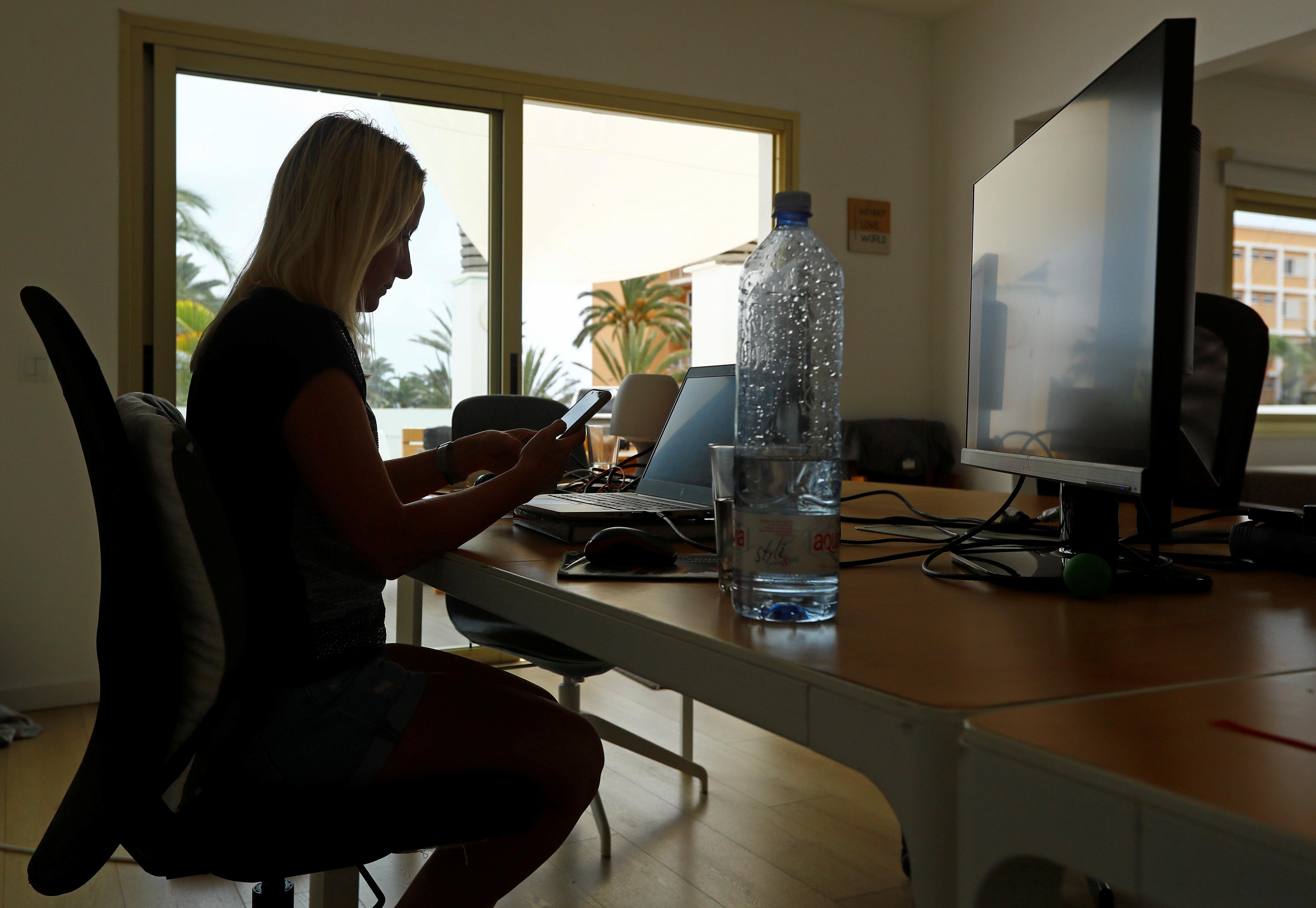 34 gadus vecā Olga Paula no Vācijas strādā attālināti no Laspalmasas de Grankanārijas, koronavīrusa slimības (COVID-19) uzliesmojuma laikā, Grankanārijā, Spānijā, 23. gada 2021. jūlijā. Attēls uzņemts 23. gada 2021. jūlijā. REUTERS/ Borja Suaress
