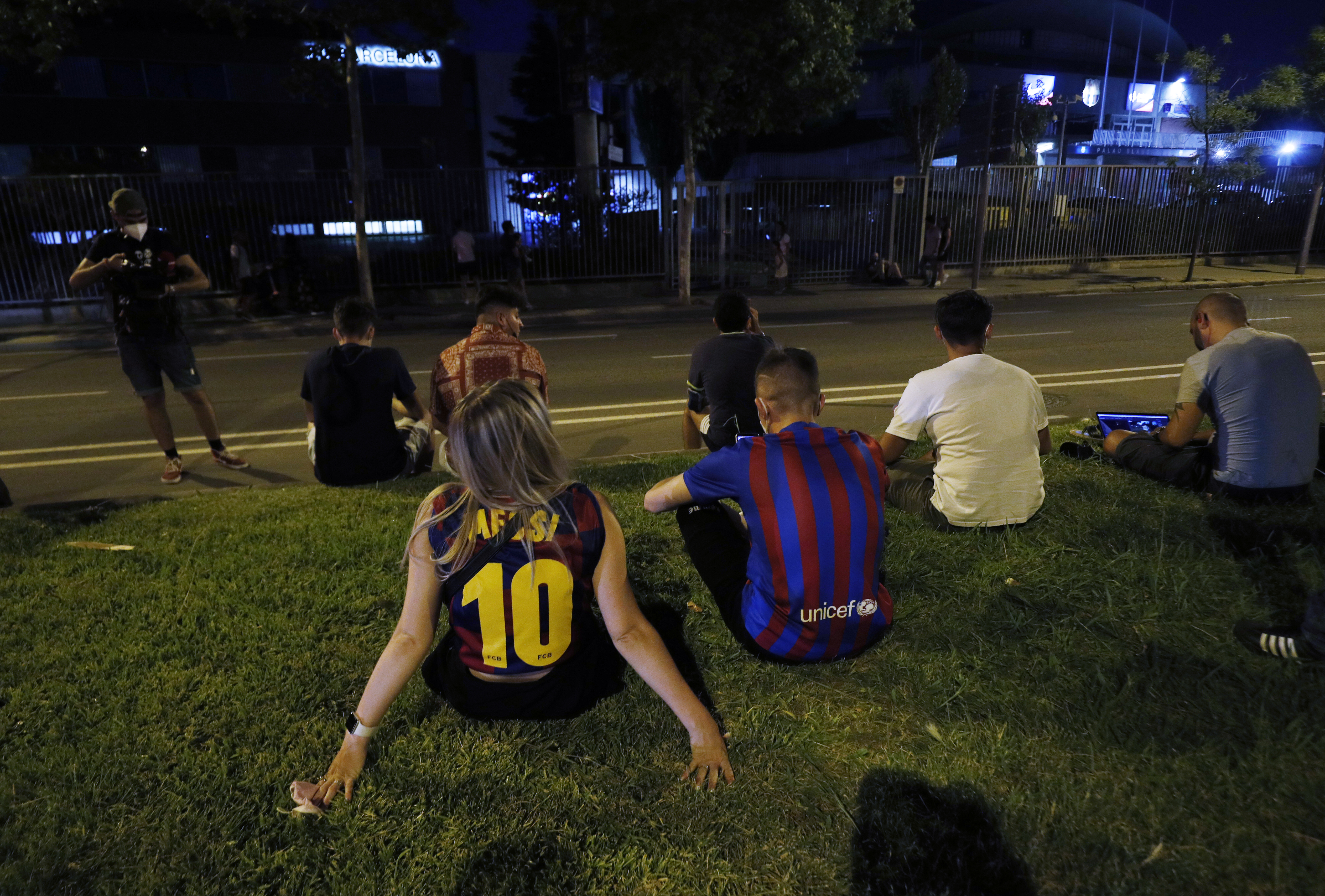 Soccer Football - FC Barcelona announce Lionel Messi will leave the club - Camp Nou, Barcelona, Spain - August 5, 2021 FC Barcelona fans are seen outside the Camp Nou after FC Barcelona announced Lionel Messi will leave the club REUTERS/Albert Gea