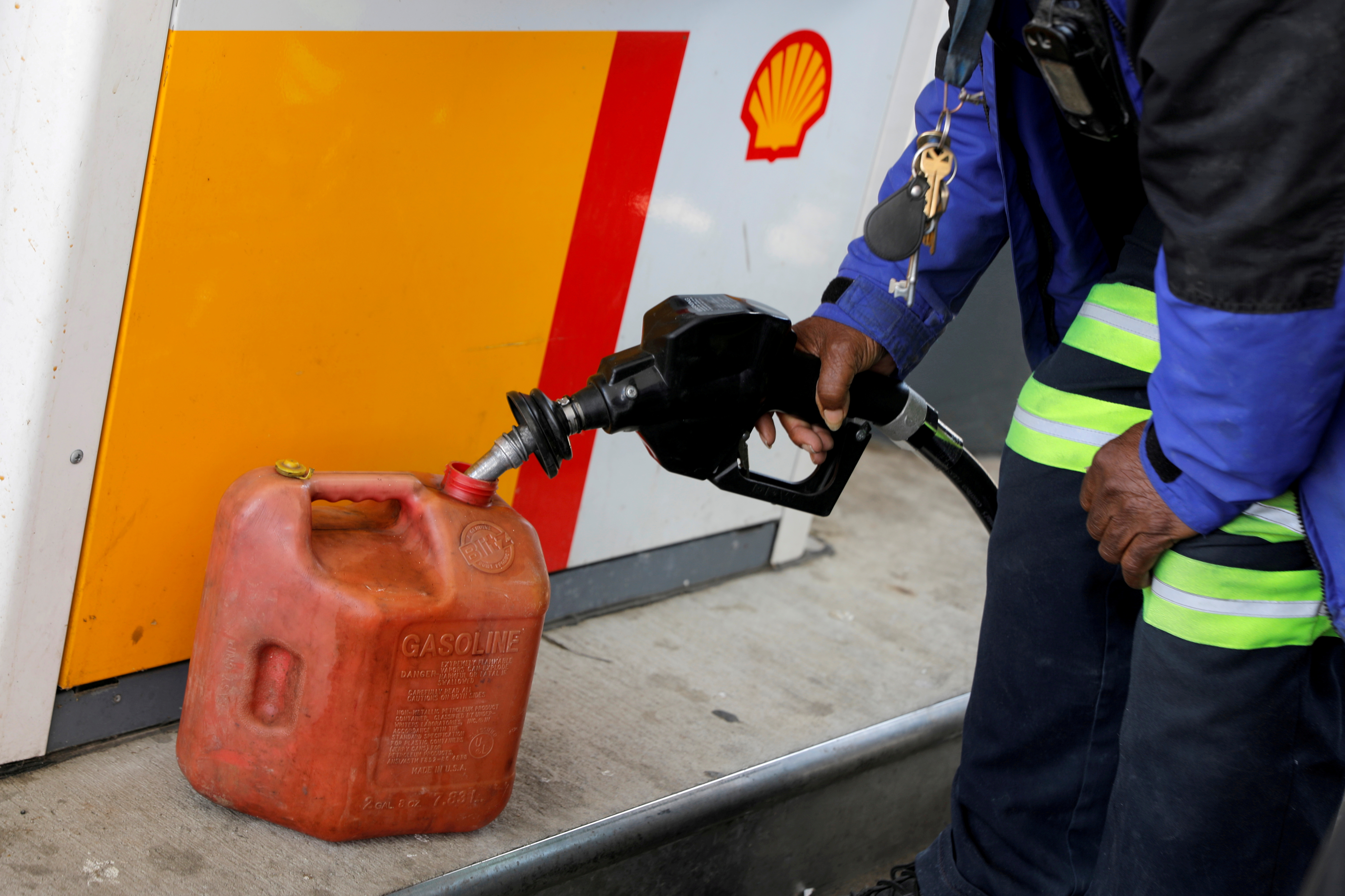 A person fills a fuel container at a Shell gas station, after a cyberattack crippled the biggest fuel pipeline in the country, run by Colonial Pipeline, in Washington, D.C., U.S., May 15, 2021. REUTERS/Andrew Kelly/File Photo