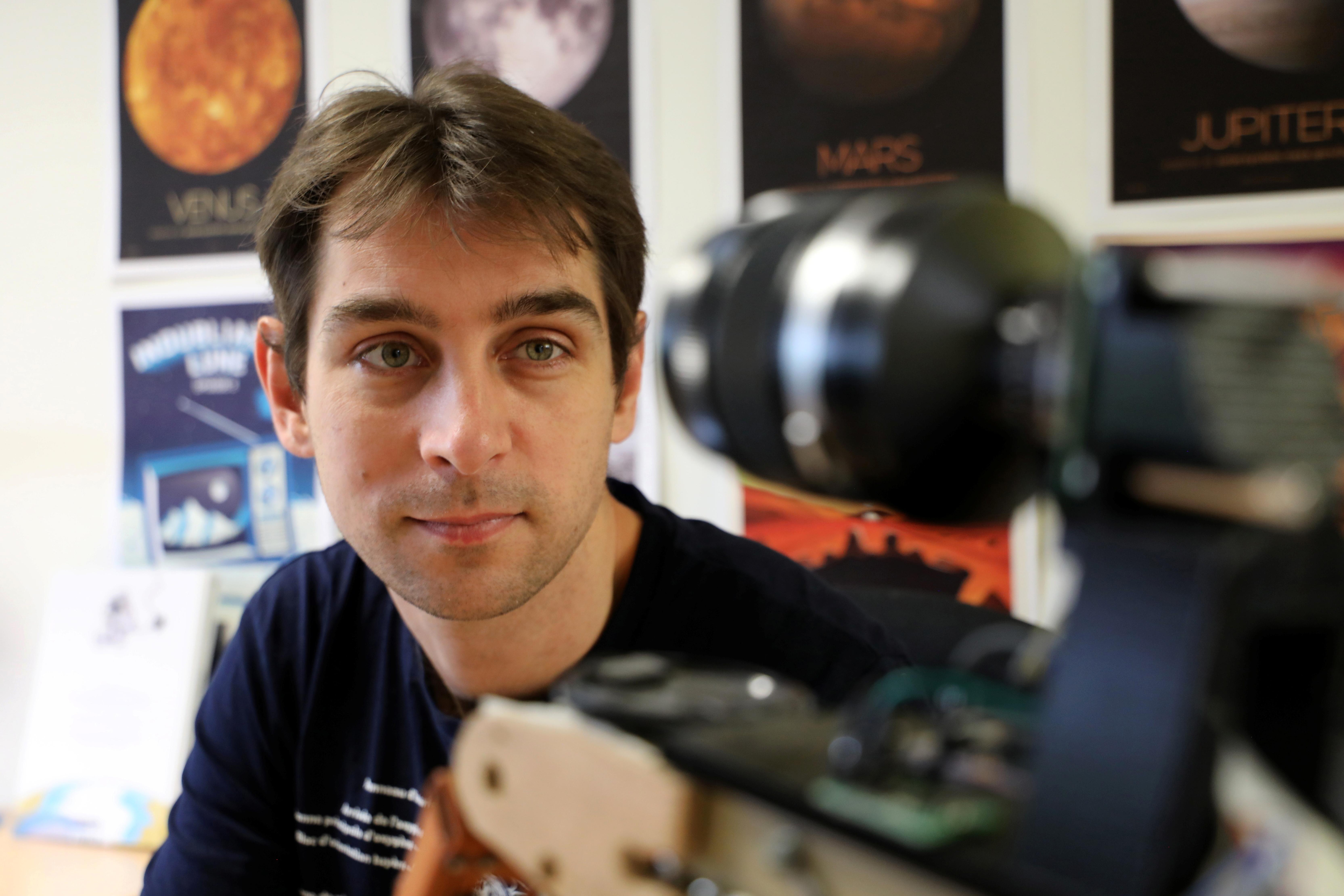 Matthieu Pluvinage, en kandidat til European Space Agency (ESA) astronautvalg, stiller på sitt kontor på ESIGELEC ingeniørskole hvor han underviser, i Saint-Etienne-du-Rouvray, Frankrike, 4. juni 2021. Bildet er tatt 4. juni, 2021. REUTERS / Lea Guedj