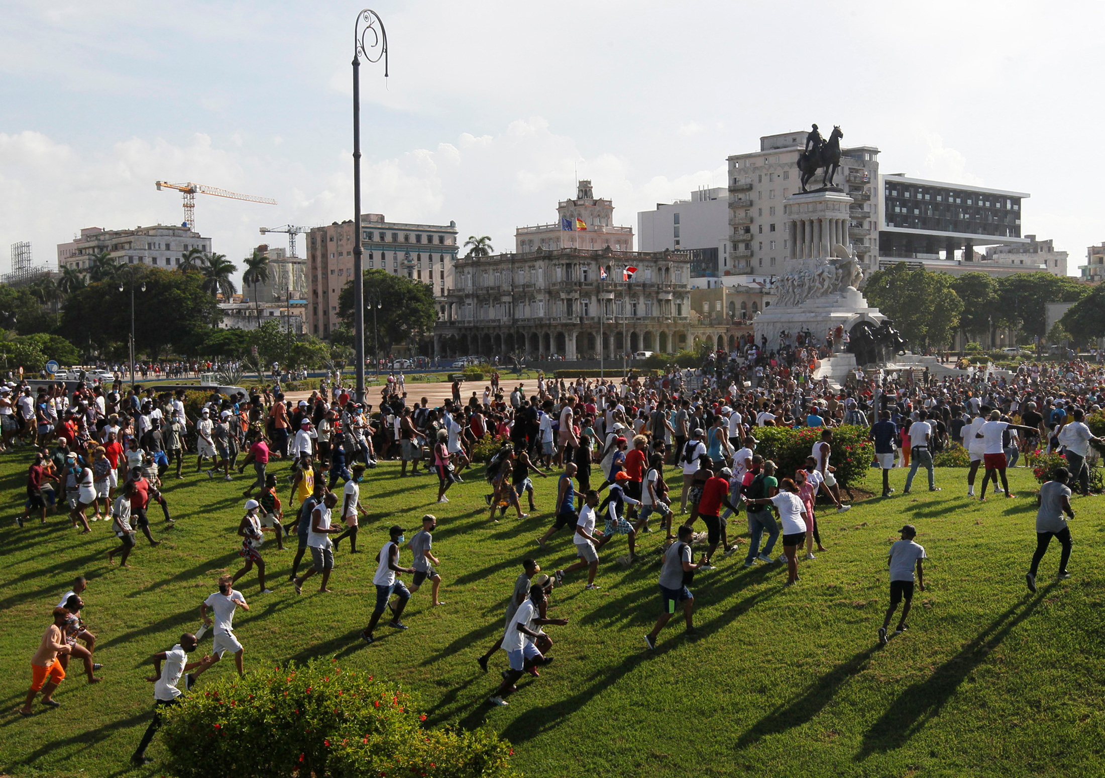People walk during protests against and in support of the government, amidst the coronavirus disease (COVID-19) outbreak, in Havana, Cuba July 11, 2021.  REUTERS/Stringer /File Photo