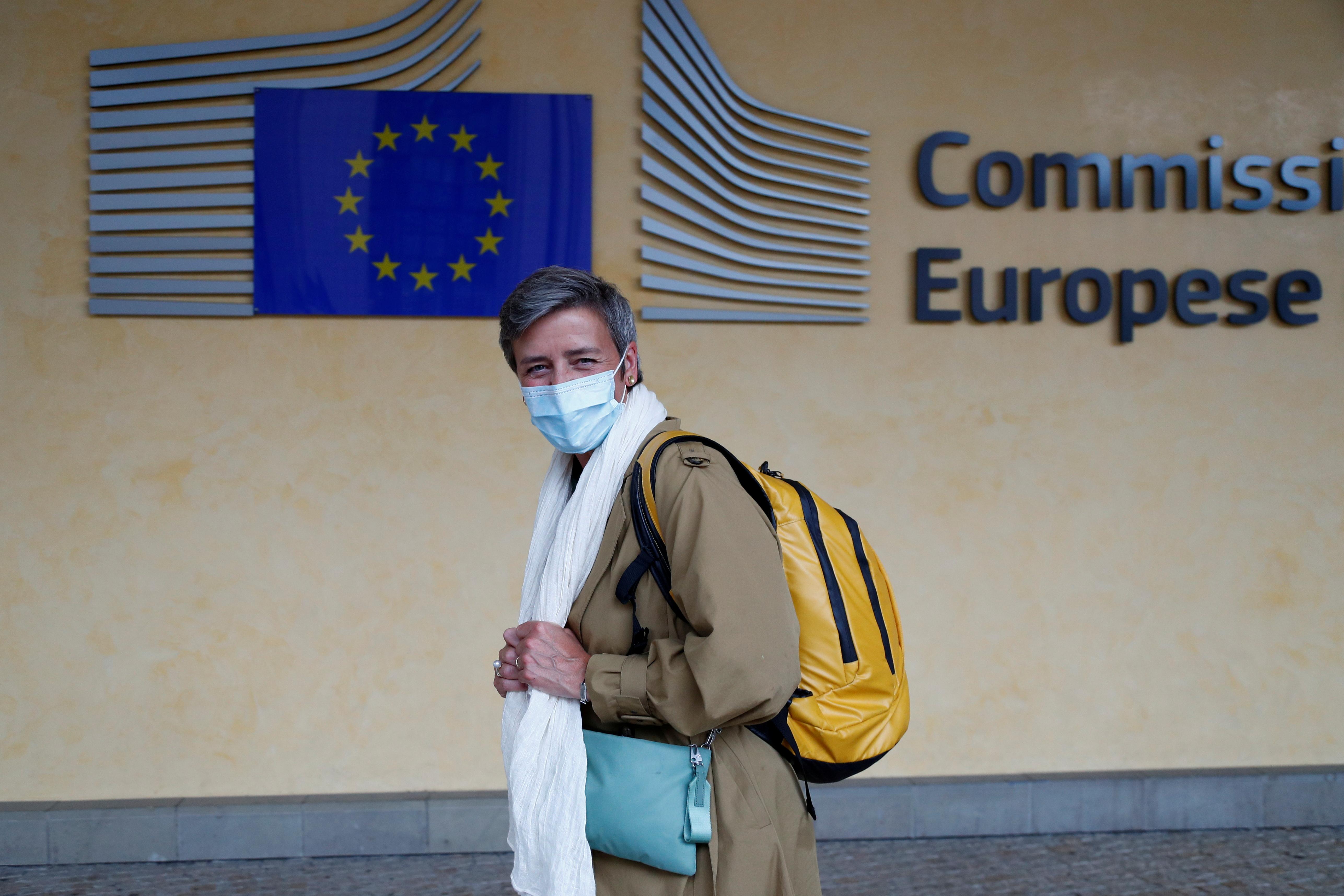 15 年 2020 月 XNUMX 日,戴着防护口罩的欧洲竞争事务专员玛格丽特·维斯塔格 (Margrethe Vestager) 离开位于比利时布鲁塞尔的欧盟委员会总部。REUTERS/Francois Lenoir/文件照片