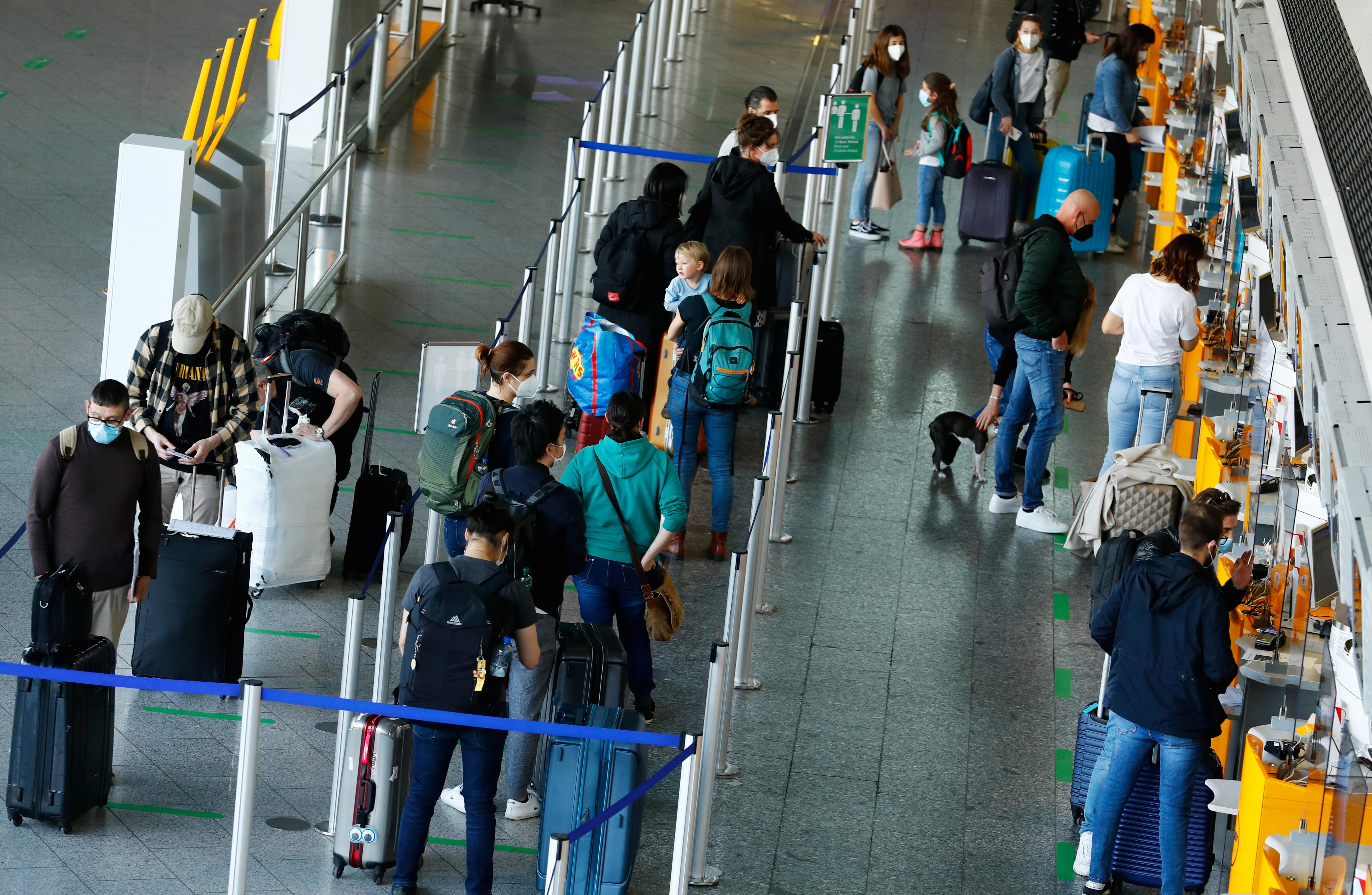 Departing passengers queue at Frankfurt Airport, as the spread of the coronavirus disease (COVID-19) continues in Frankfurt, Germany, April 1, 2021. REUTERS/Ralph Orlowski