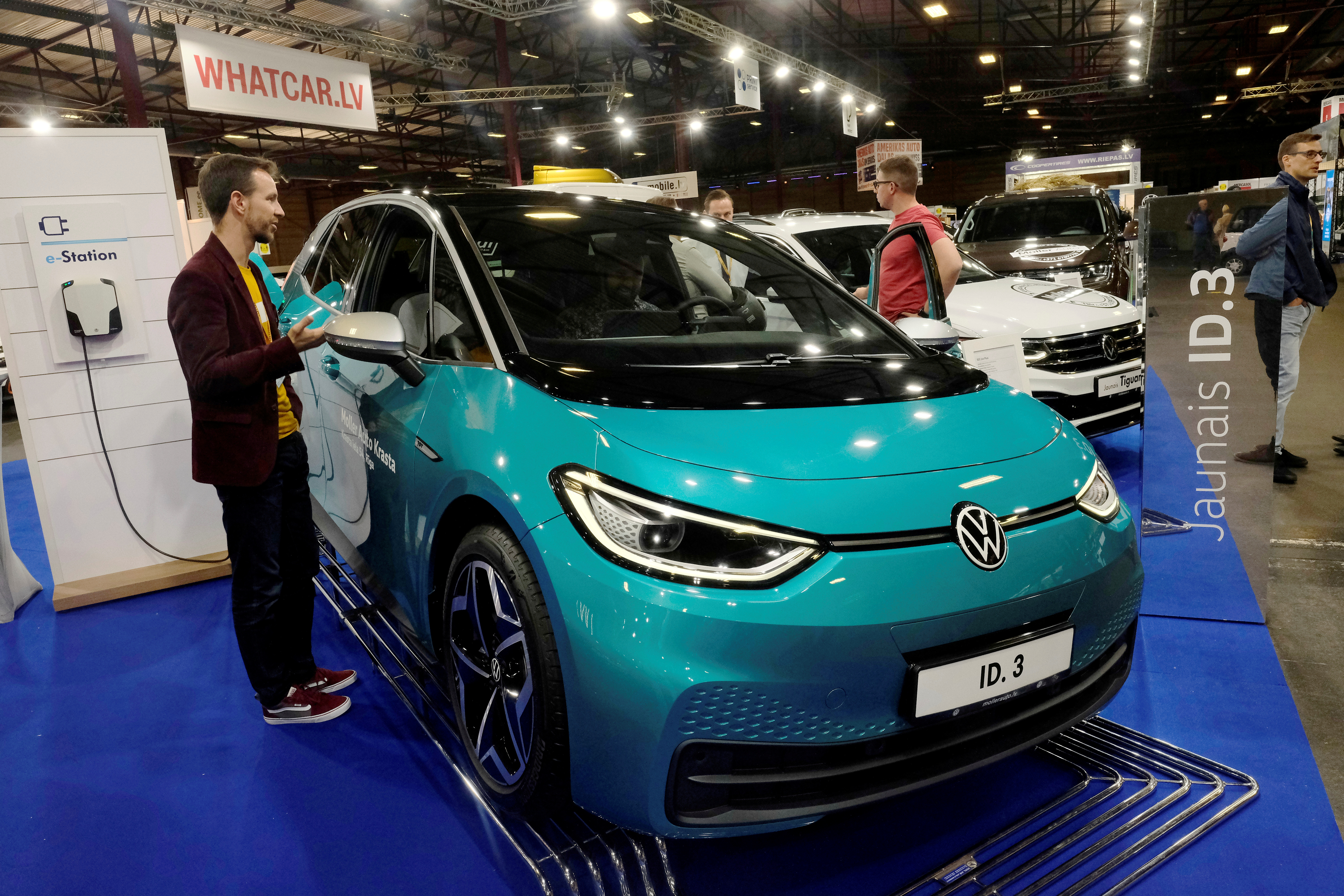 People gather next to the Volkswagen ID.3 electric car during the International Motor Show in Riga, Latvia September 25, 2020. REUTERS/Ints Kalnins/File Photo