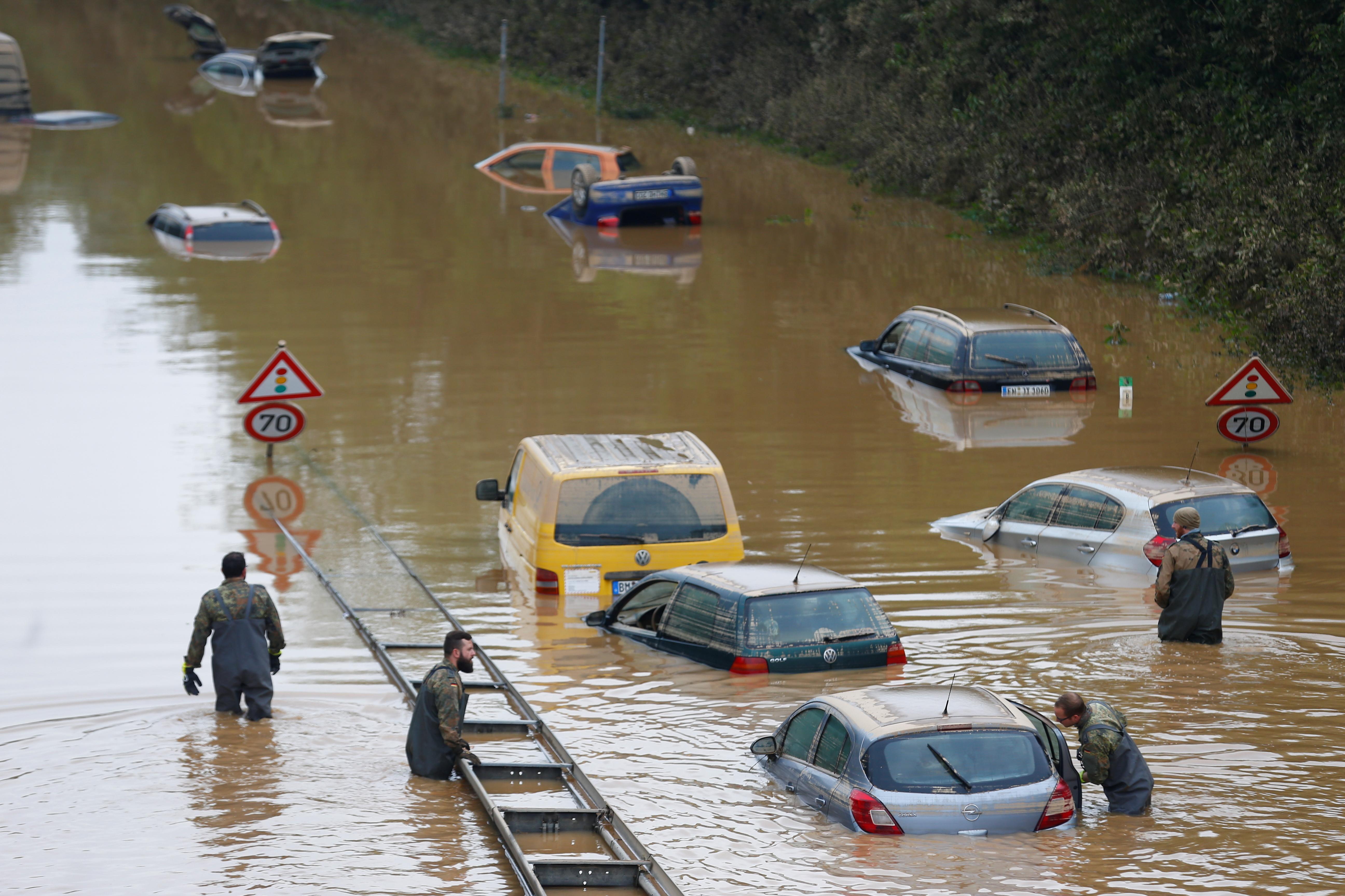 Membros das forças do Bundeswehr, cercados por carros parcialmente submersos, atravessam as águas da enchente após fortes chuvas em Erftstadt-Blessem, Alemanha, 17 de julho de 2021. REUTERS / Thilo Schmuelgen