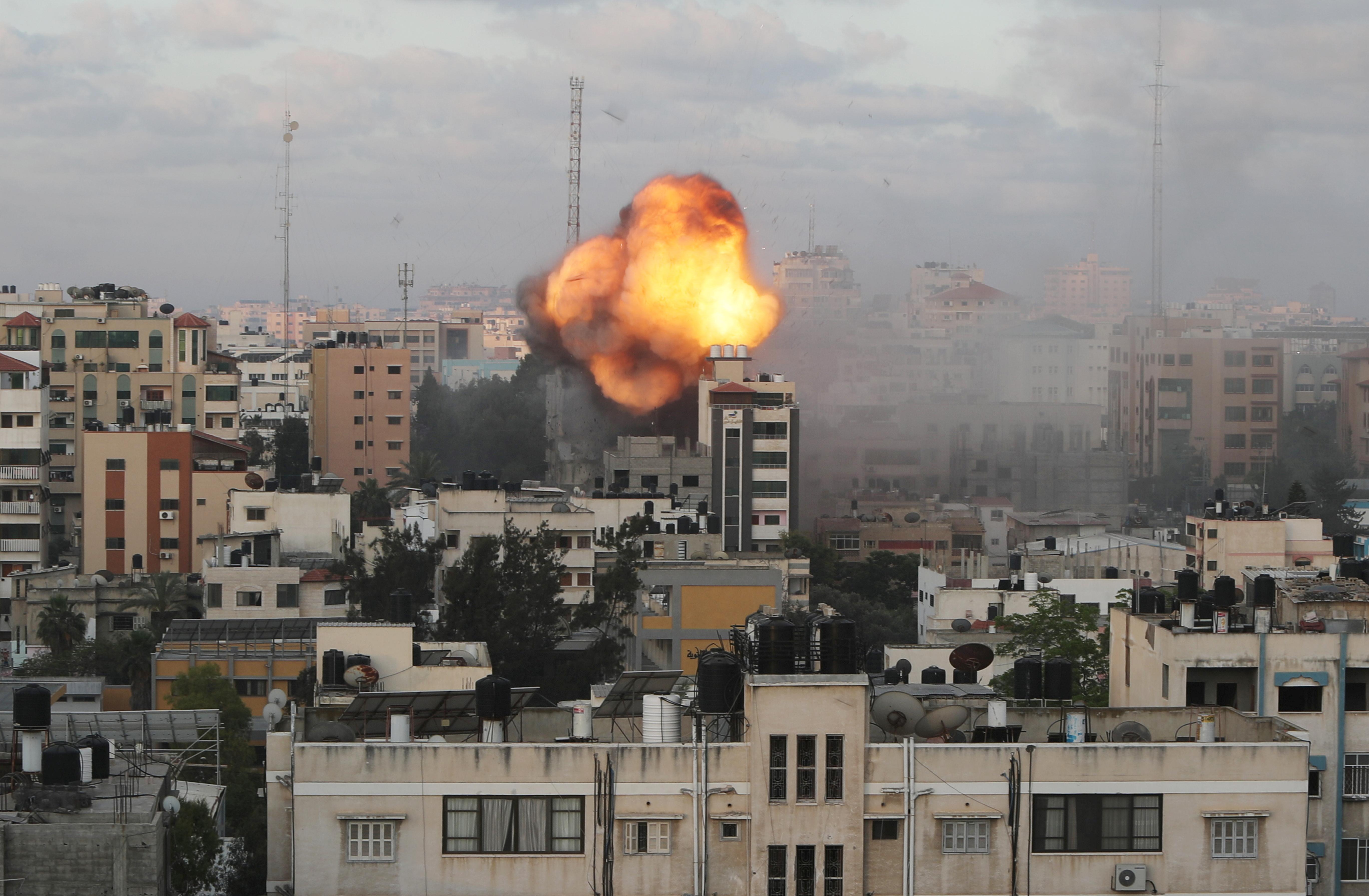 Se ven humo y llamas luego de un ataque aéreo israelí contra un edificio, en medio de un estallido de los combates entre israelíes y palestinos, en la ciudad de Gaza el 18 de mayo de 2021. REUTERS / Mohammed Salem