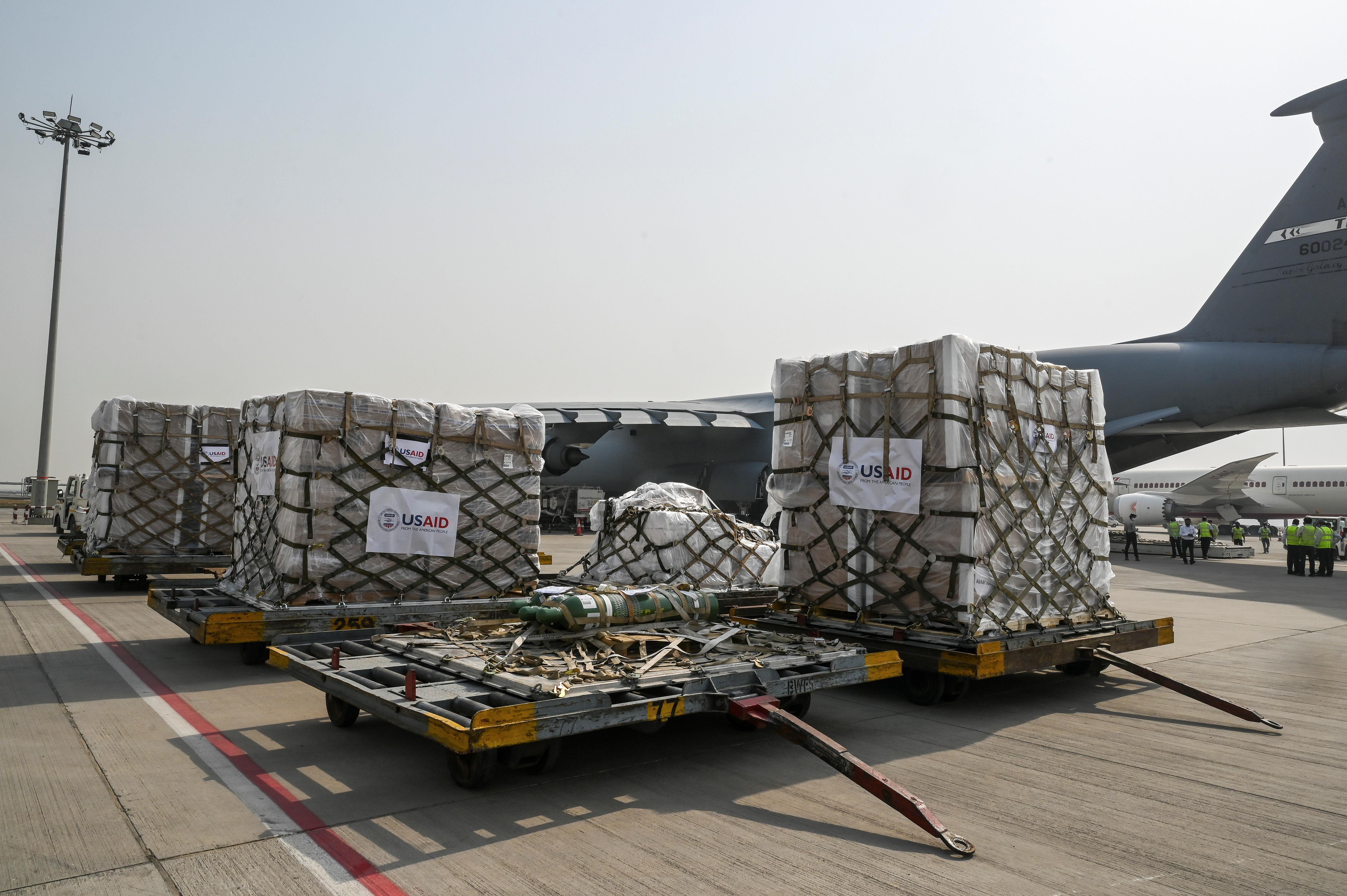 Поставки допомоги з питань коронавірусної хвороби (COVID-19) зі Сполучених Штатів спостерігаються на асфальтовому майданчику після вивантаження з літака ВПС США на вантажному терміналі Міжнародного аеропорту Індіри Ганді в Нью-Делі, Індія, 30 квітня 2021 року. REUTERS