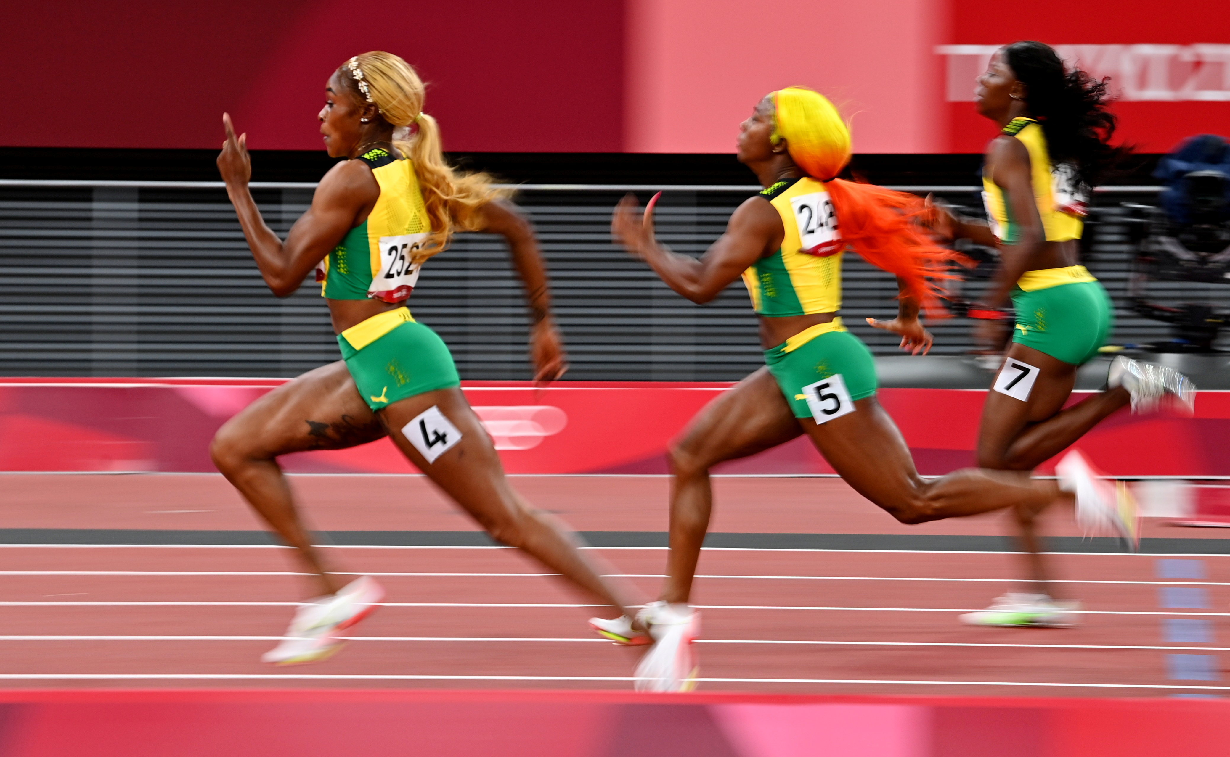 Tokyo 2020 Olympics - Athletics - Women's 100m - Final - OLS - Olympic Stadium, Tokyo, Japan - July 31, 2021. Elaine Thompson-Herah of Jamaica, Shelly-Ann Fraser-Pryce of Jamaica and Shericka Jackson of Jamaica in action REUTERS/Dylan Martinez