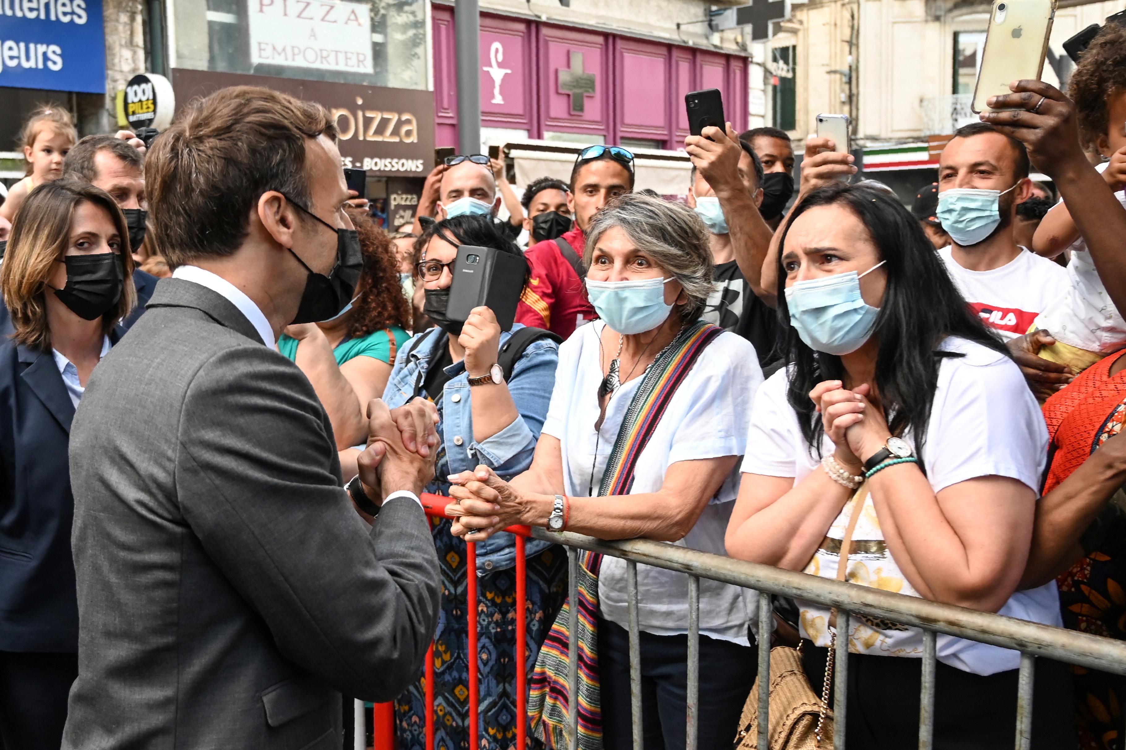 Den franske presidenten Emmanuel Macron samhandler med medlemmer av en mengde mens han besøkte Valence, Frankrike 8. juni 2021. Philippe Desmazes / Pool via REUTERS