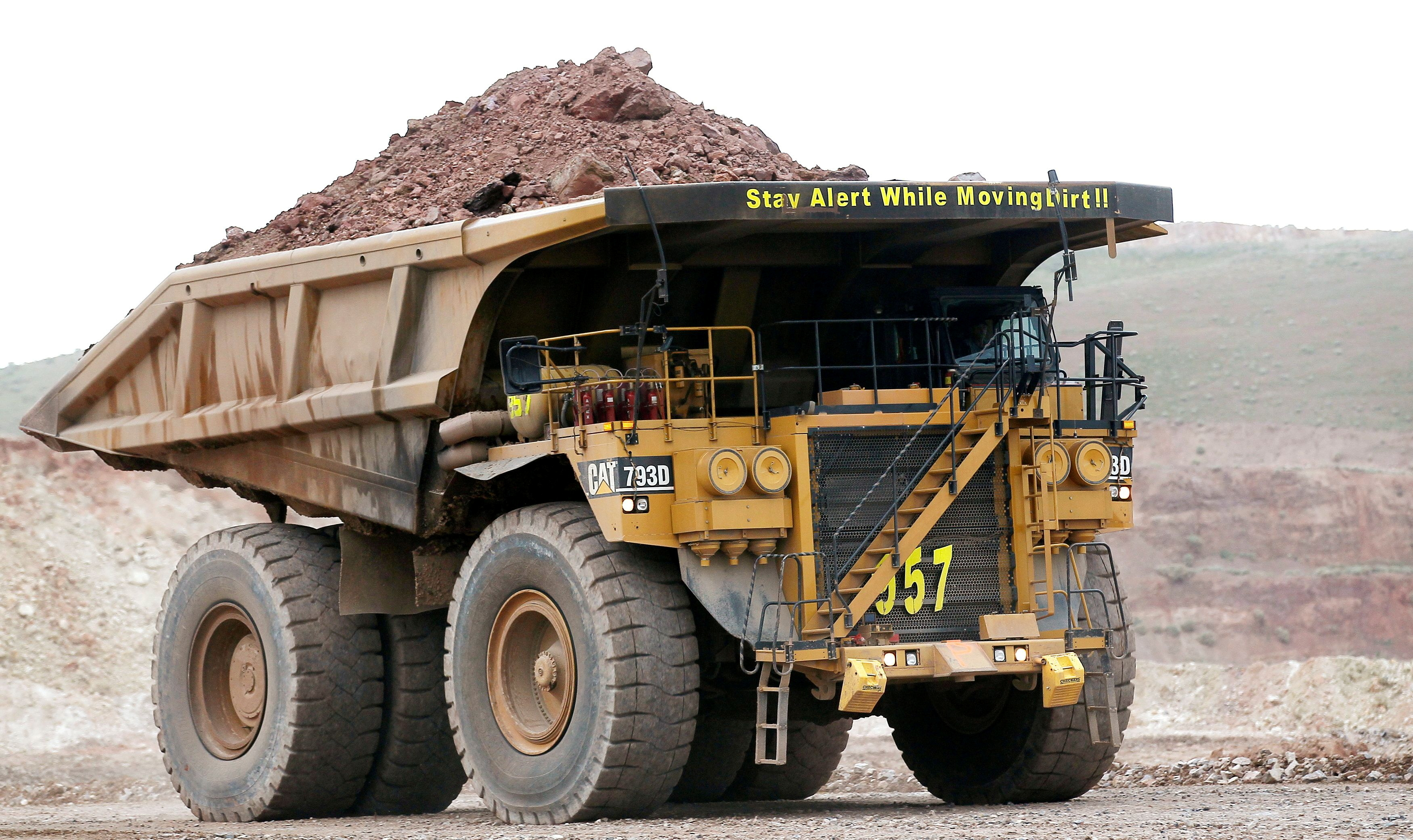 A haul truck carries a full load at a mine operation near Elko, Nevada May 21, 2014.  REUTERS/Rick Wilking/File Photo