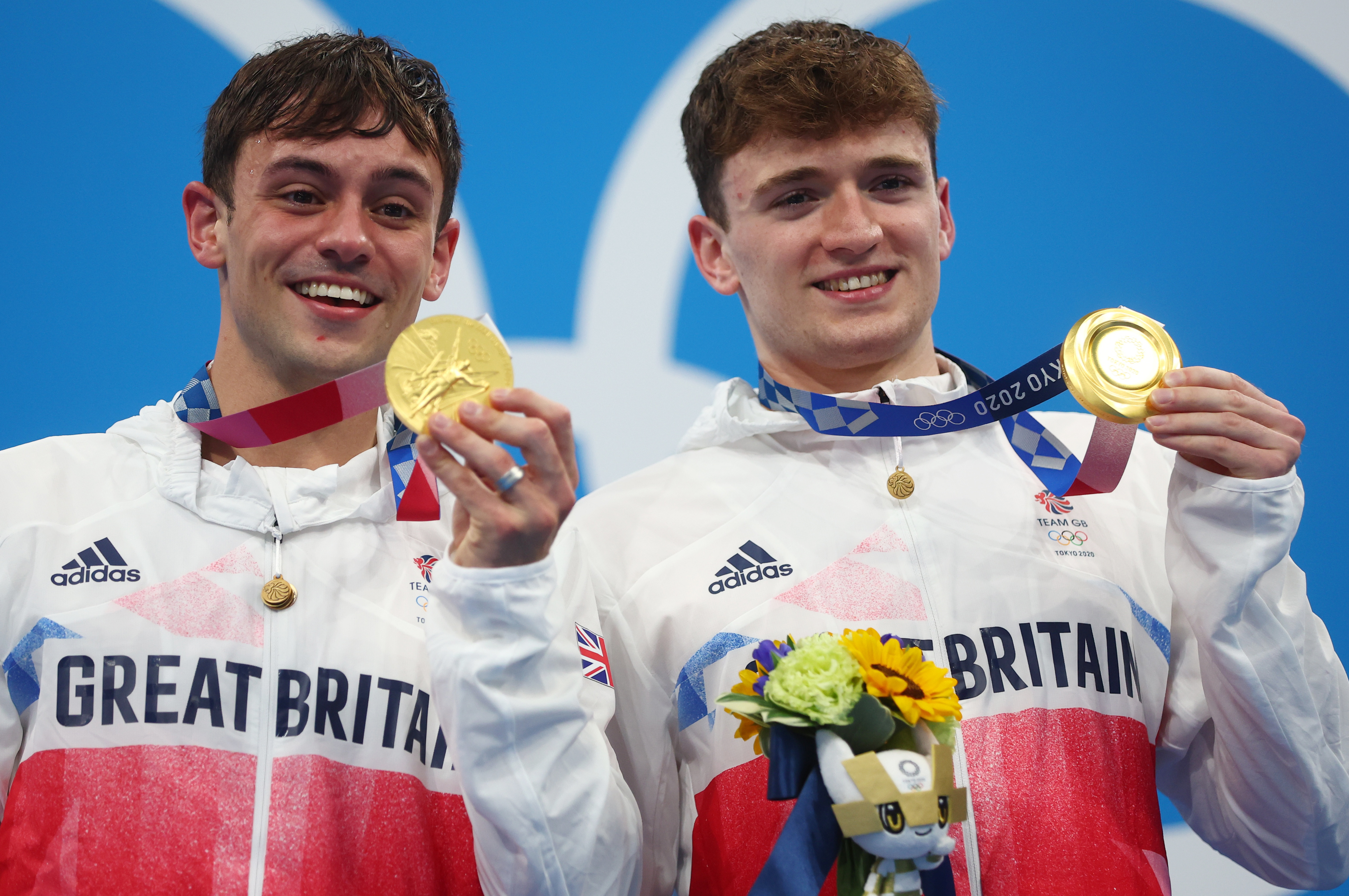 Tokyo 2020 Olympics - Diving - Men's 10m Platform Synchro - Medal Ceremony - Tokyo Aquatics Centre, Tokyo, Japan July 26, 2021. Thomas Daley of Britain and Matty Lee of Britain pose with the gold medal REUTERS/Kai Pfaffenbach