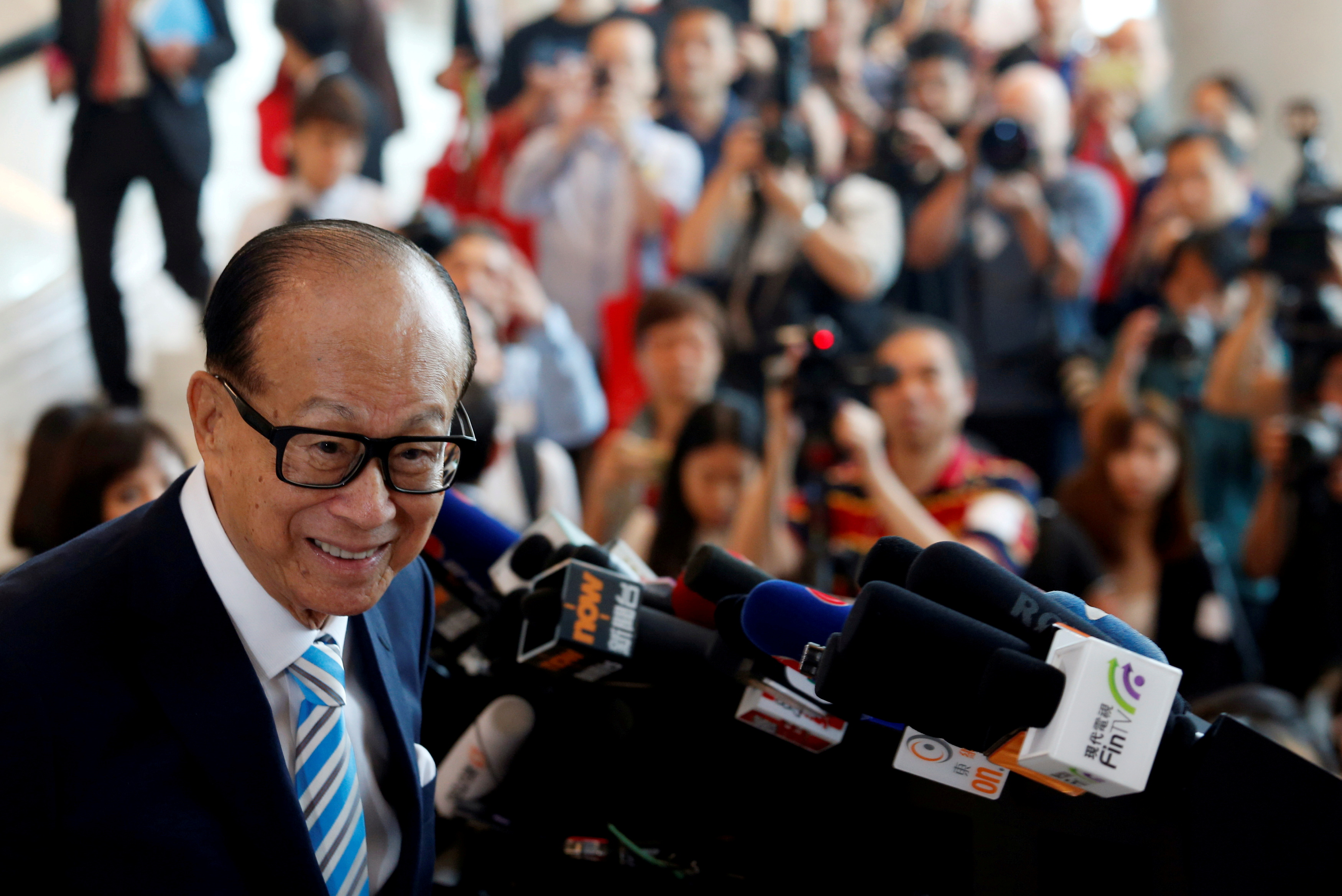 Hong Kong tycoon Li Ka-shing, chairman of CK Hutchison Holdings, meets journalists as he formally retires after the company's Annual General Meeting in Hong Kong, China May 10, 2018.  REUTERS/Bobby Yip/File Photo