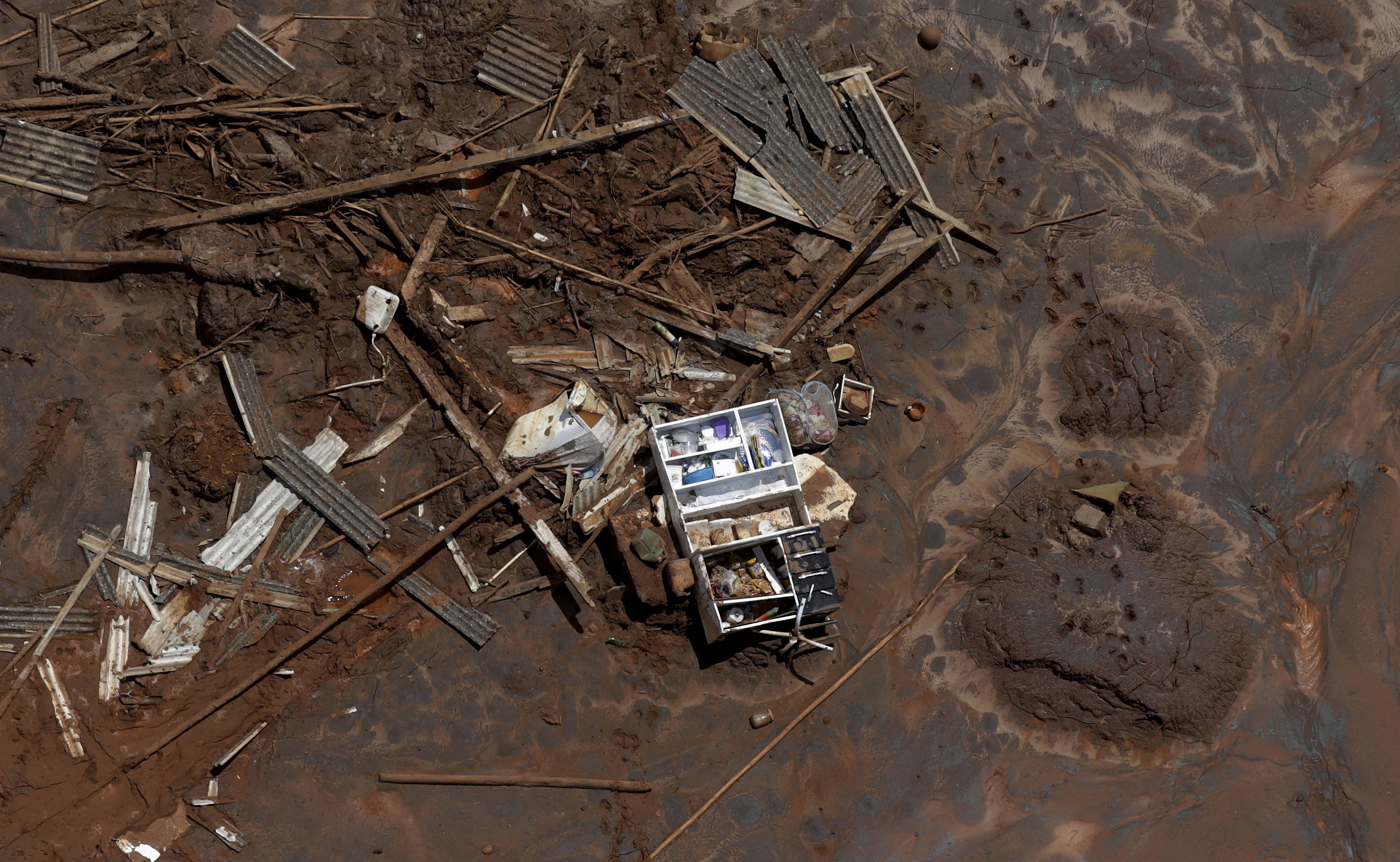 Debris in Bento Rodrigues district, which was covered with mud after a dam owned by Vale SA and BHP Billiton Ltd burst, in Mariana, Brazil, November 10, 2015. Billiton  REUTERS/Ricardo Moraes