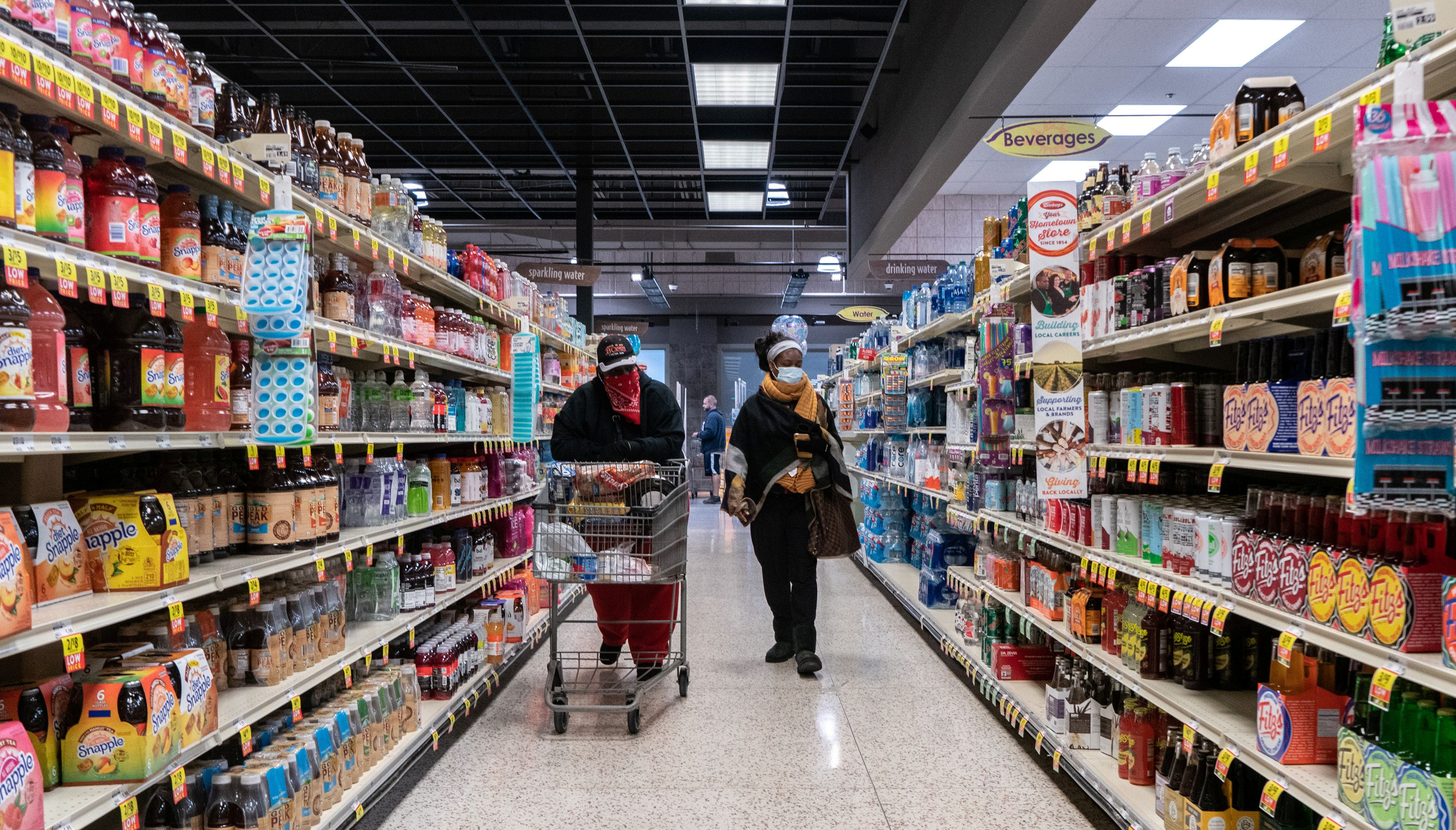 Shoppers browse in a supermarket while wearing masks to help slow the spread of coronavirus disease (COVID-19) in north St. Louis, Missouri, U.S. April 4, 2020. REUTERS/Lawrence Bryant