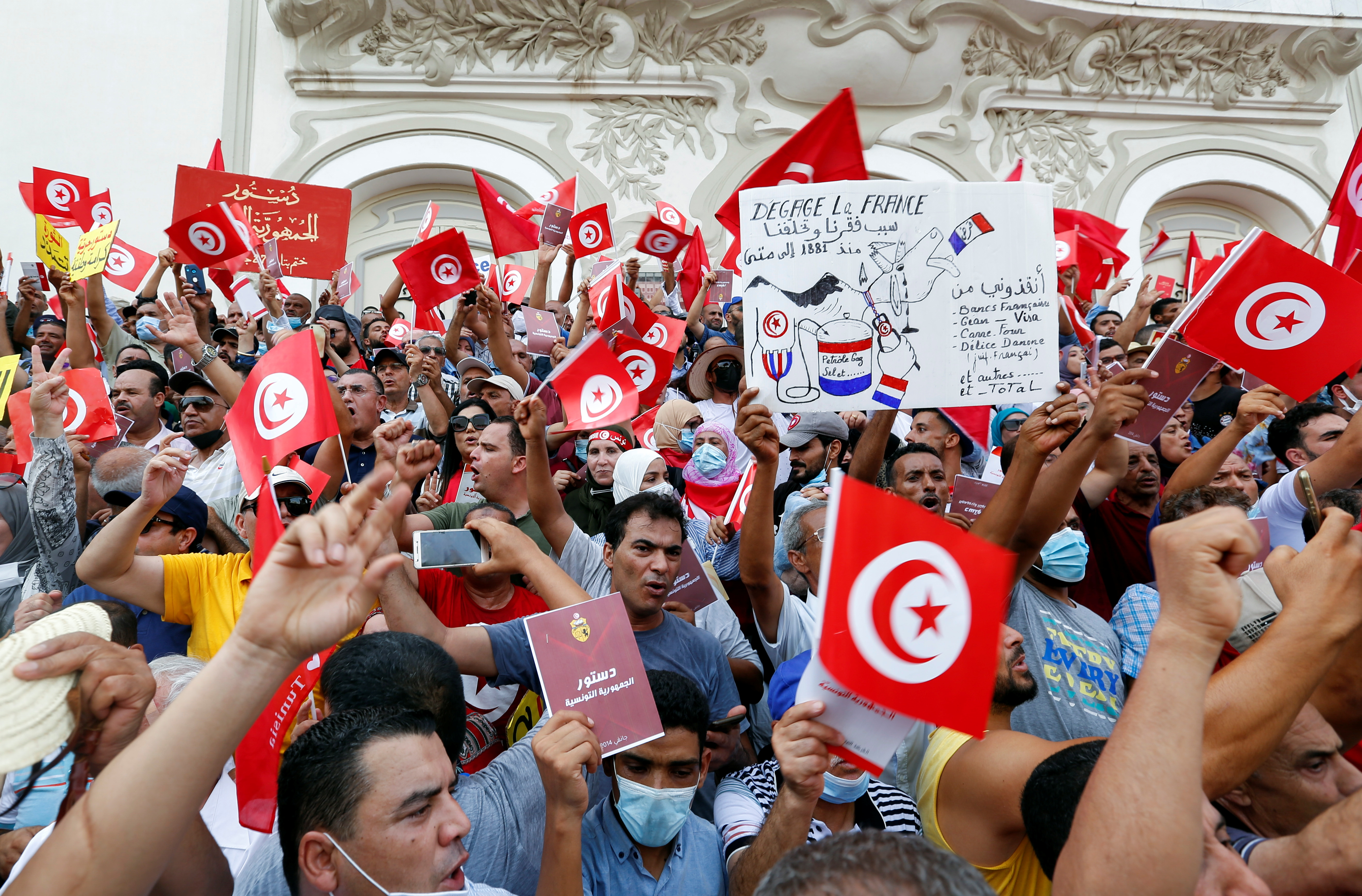 Demonstrators carry flags and banners during a protest against the Tunisian President Kais Saied's seizure of governing powers.  REUTERS/Zoubeir Souissi