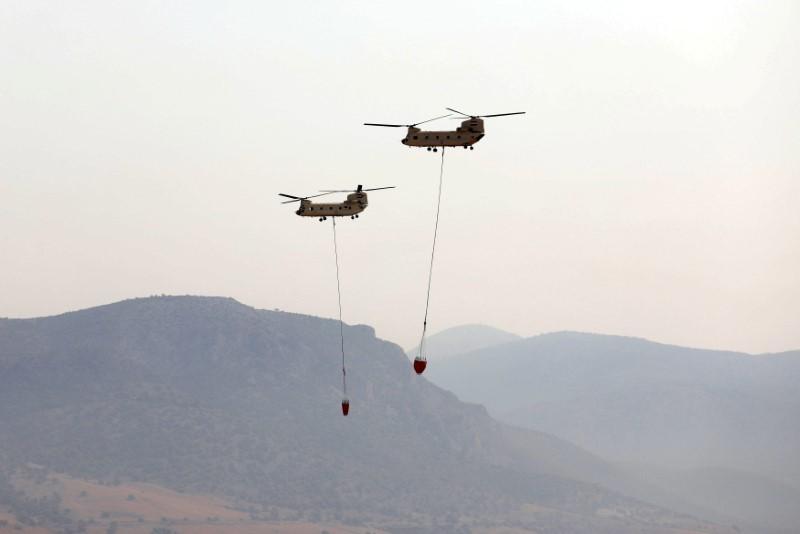 Δύο αιγυπτιακά ελικόπτερα Chinook πετούν πάνω από τη στρατιωτική αεροπορική βάση της Ελευσίνας για να παράσχουν βοήθεια κατάσβεσης στην Ελλάδα, 11 Αυγούστου 2021. REUTERS/Luisa Frady